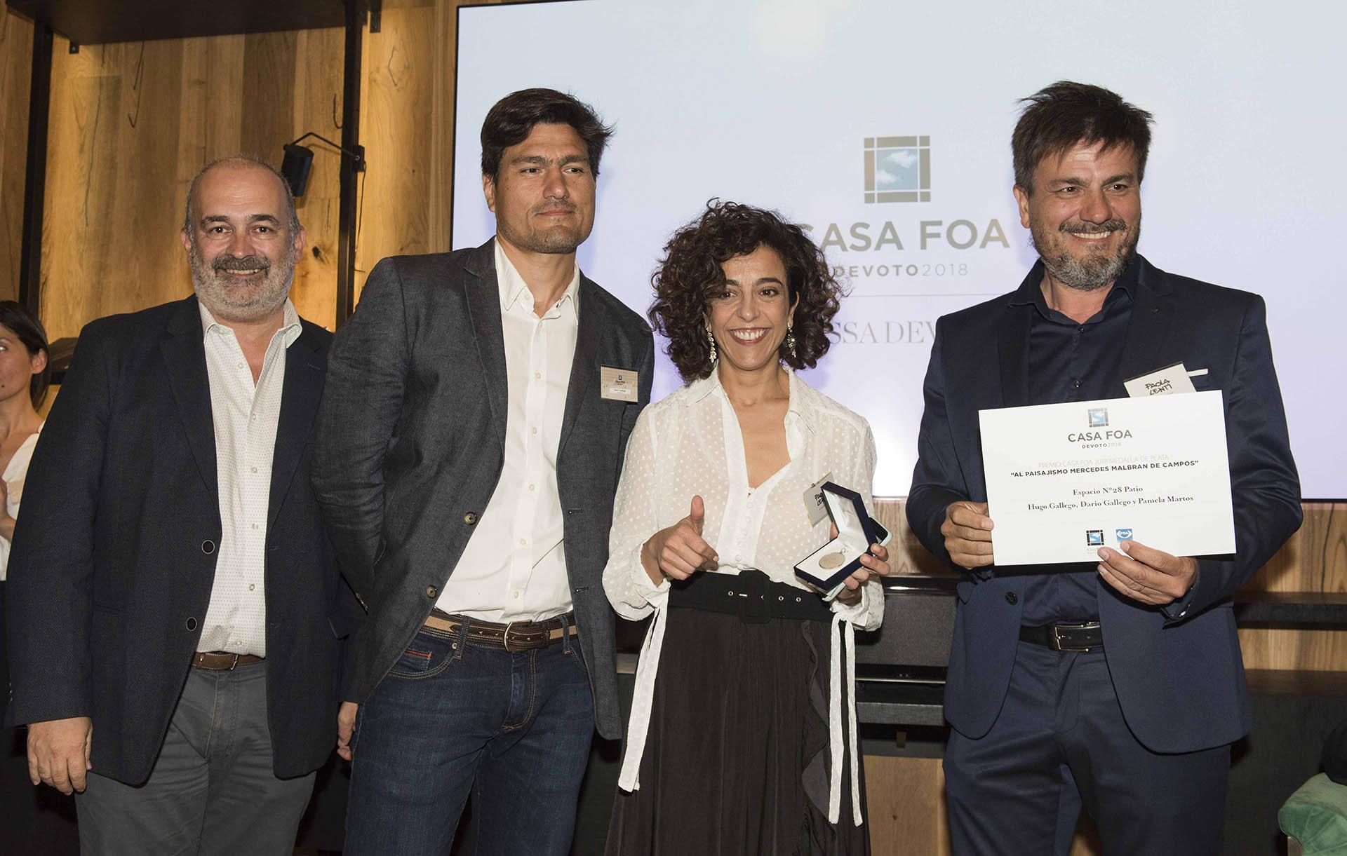 Eduardo Macchiavelli junto a los ganadores de la medalla de plata al paisajismo: Hugo Gallego, Pamela Martos y Darío Gallego