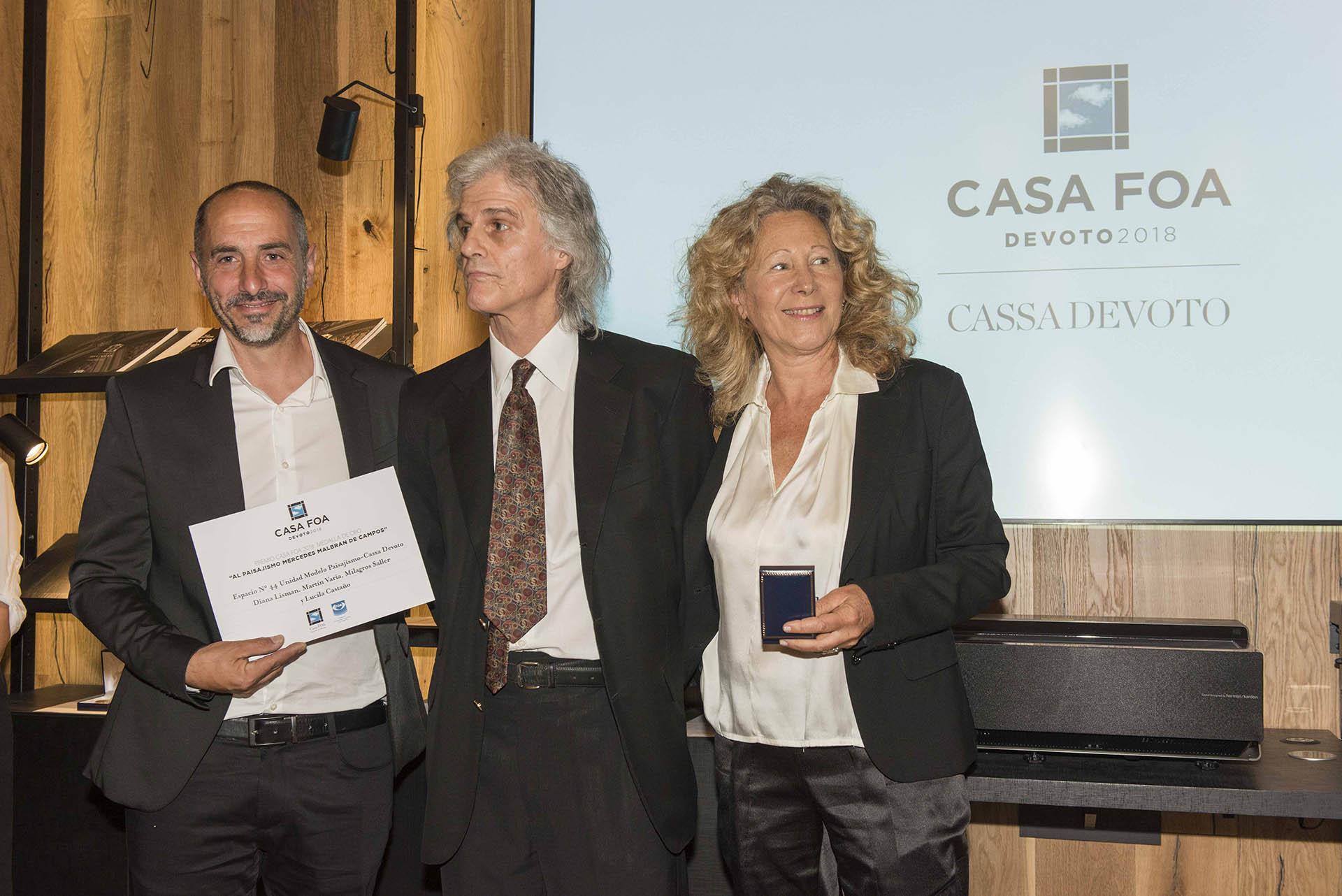 Enrique Malbran junto a los ganadores de la medalla de oro al paisajismo, Martín Varia y Diana Lisman