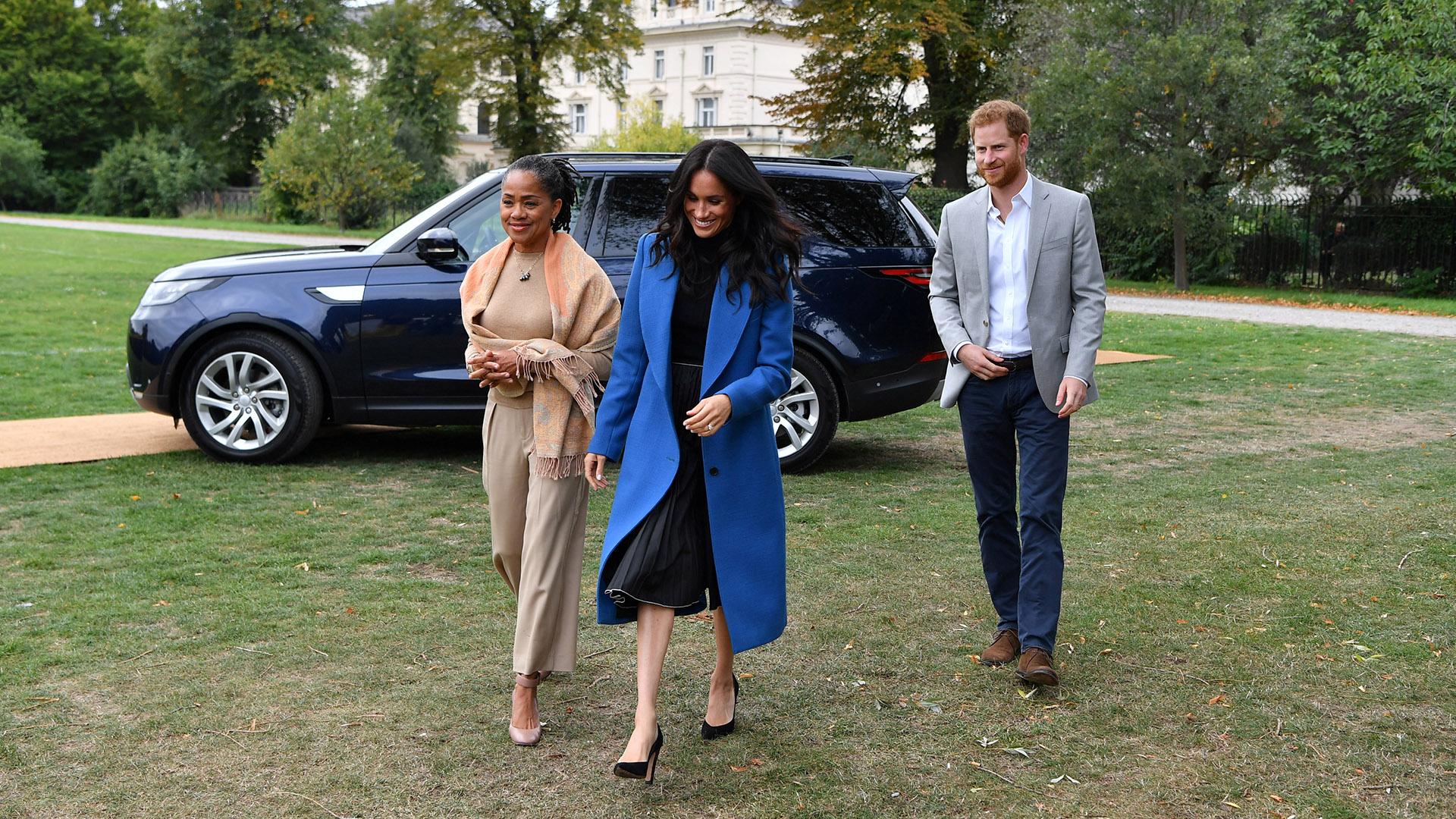 La duquesa de Sussex llegó acompañada por su madre, Doria Ragland, y su marido, el príncipe Harry