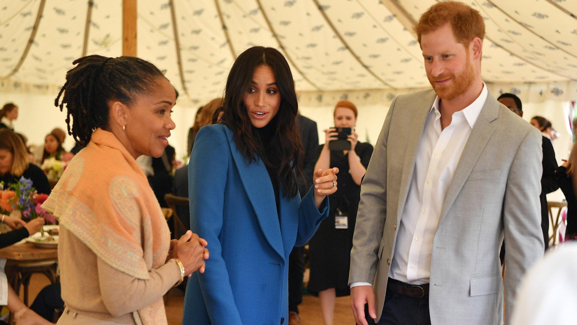 Doria Ragland, Meghan Markle y el príncipe Harry en el lanzamiento del libro de cocina de la duquesa (Ben Stansall/Pool via Reuters)