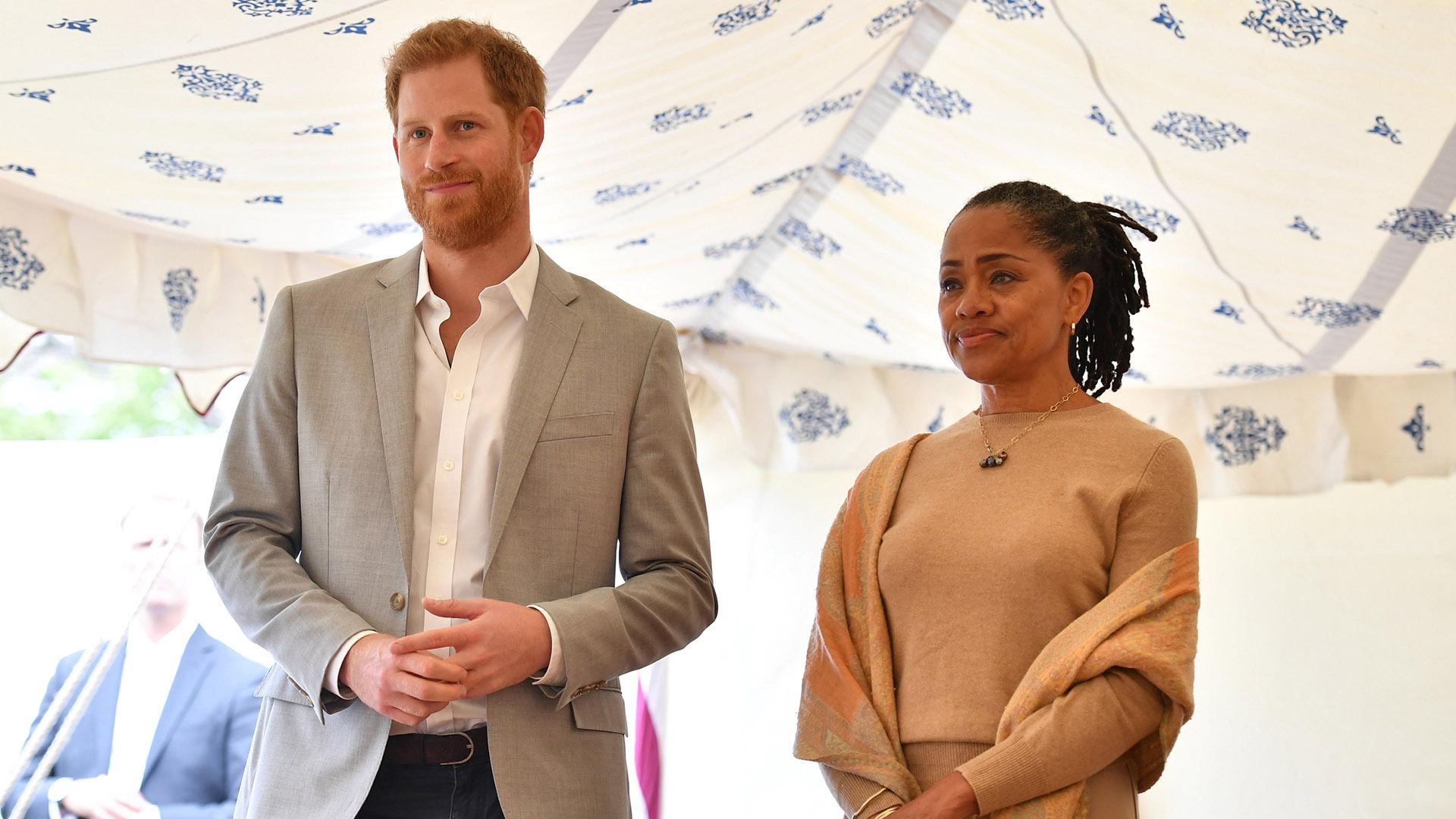 El príncipe Harry junto a Doria Ragland escuchando a Meghan durante la presentación de su libro