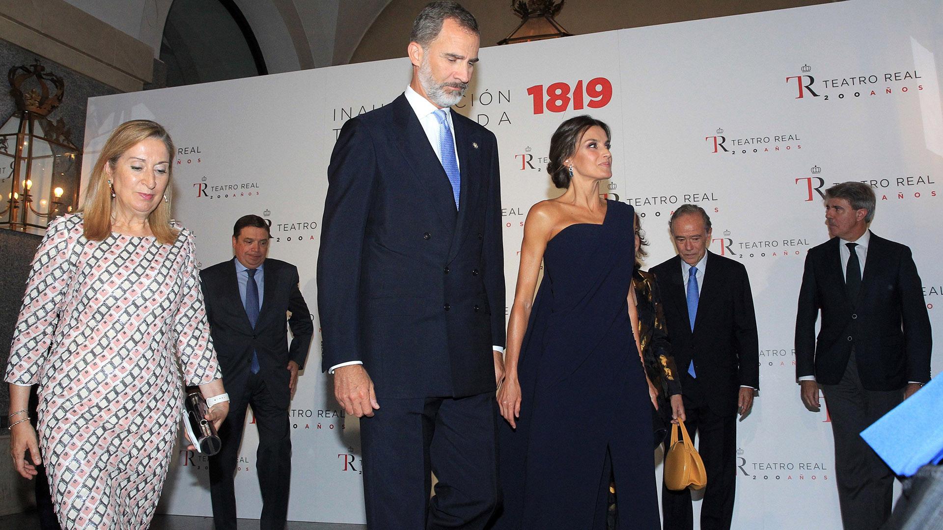 Letizia camina junto a su marido, el rey Felipe, tras finalizar sus vacaciones de verano y retomar su agenda oficial