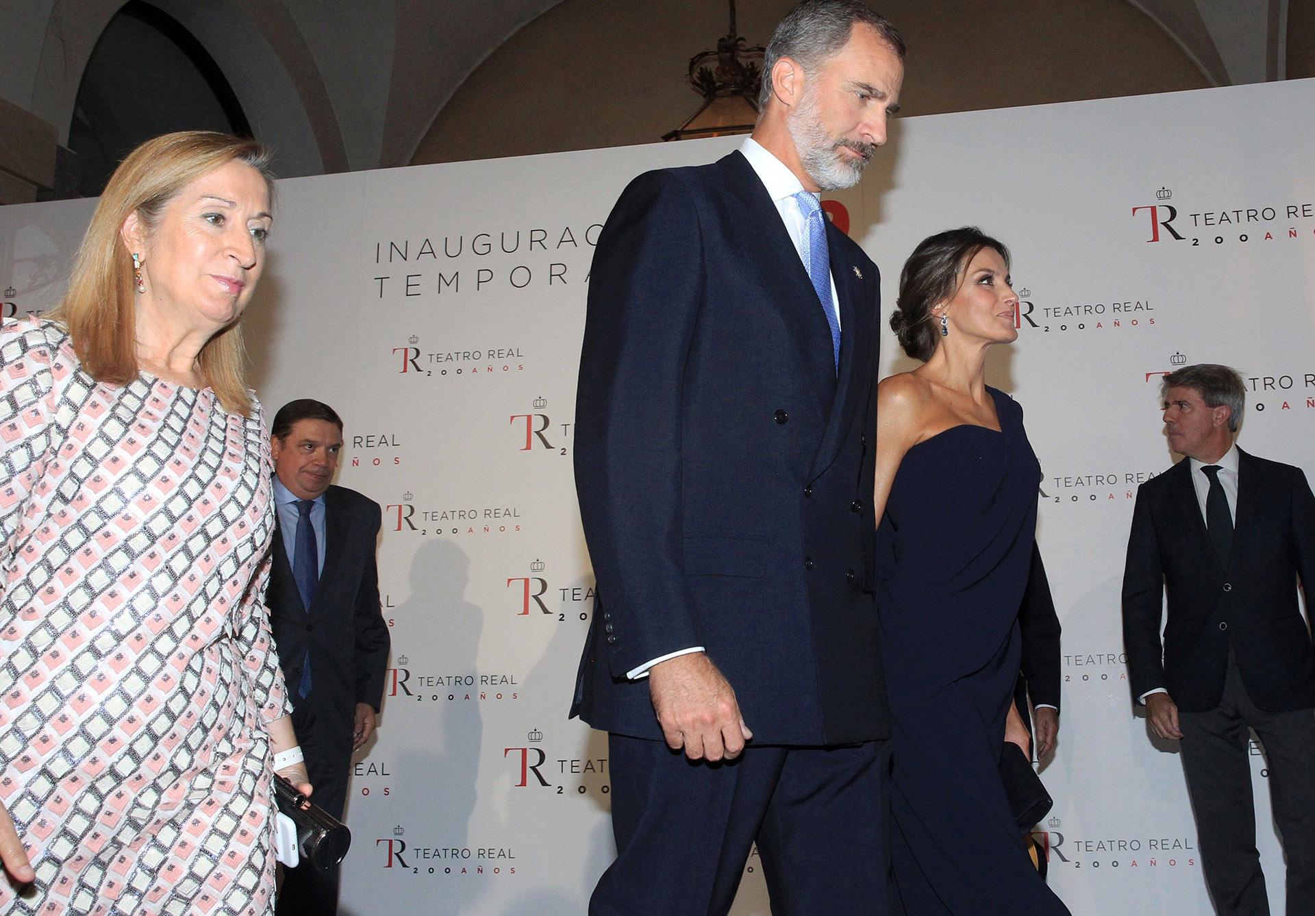 Los reyes caminan junto a la presidente del Congreso de los Diputados, Ana Pastor