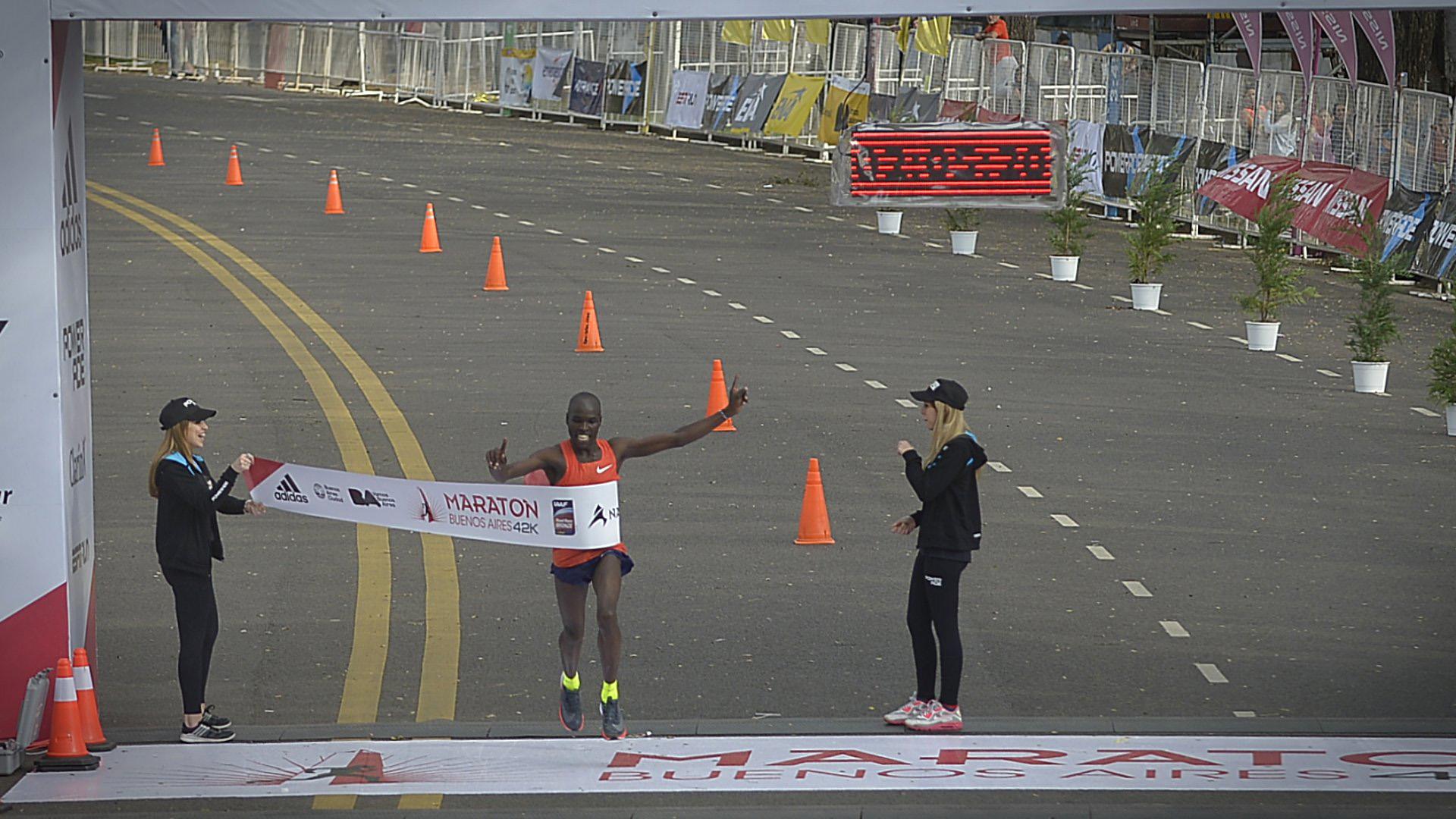Apenas pasadas las 9, el keniata Saina Kipbemboi se coronó con un tiempo de 2h05m20, quebrando el récord establecido el año pasado por su compatriota Barnabas Kiptum, quien hoy finalizó tercero
