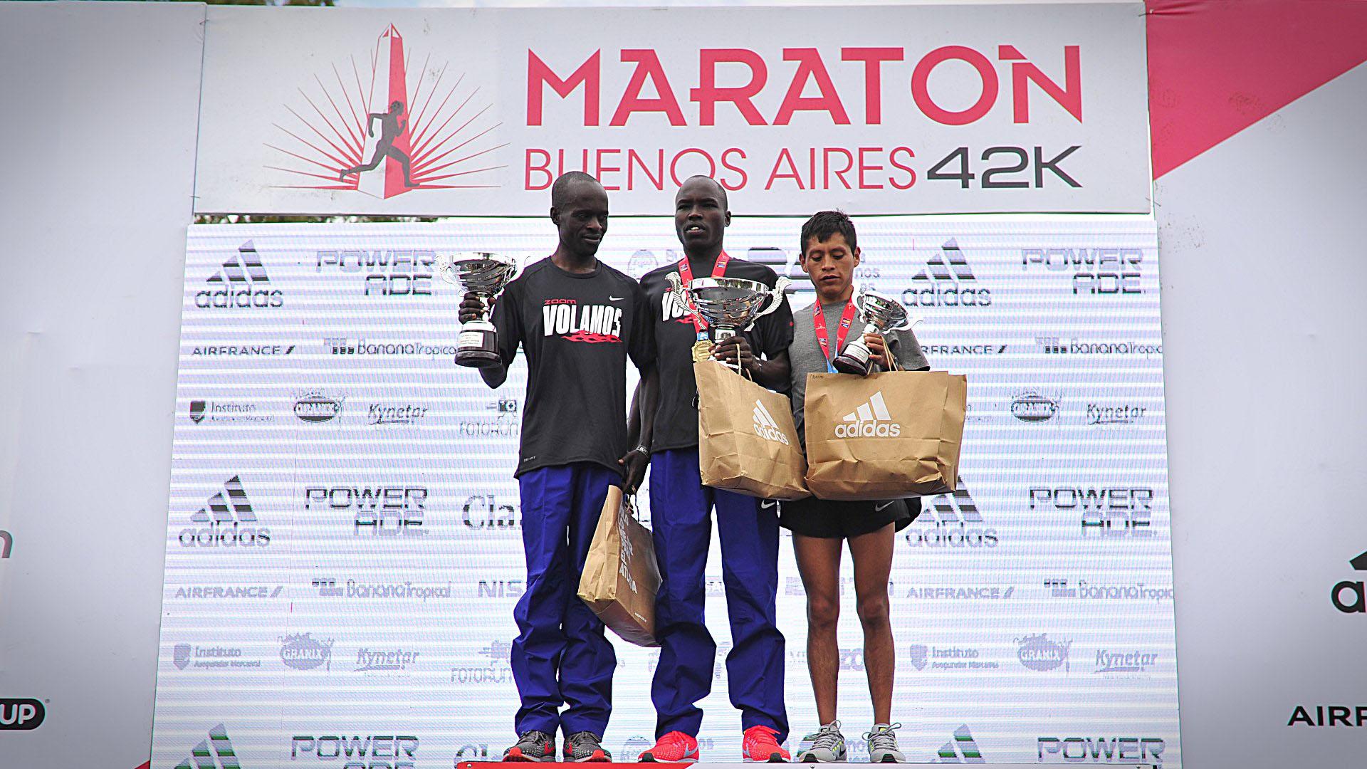 Los keniatas Saina Emmanuel Kipbemboi y Barnabas Kiptum más el peruano Cristhian Pacheco (campeón sudamericano) conformaron el podio