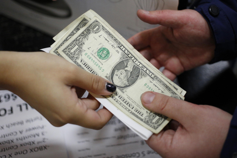 El dólar cede 1,2% en enero de 2019. (Bloomberg)