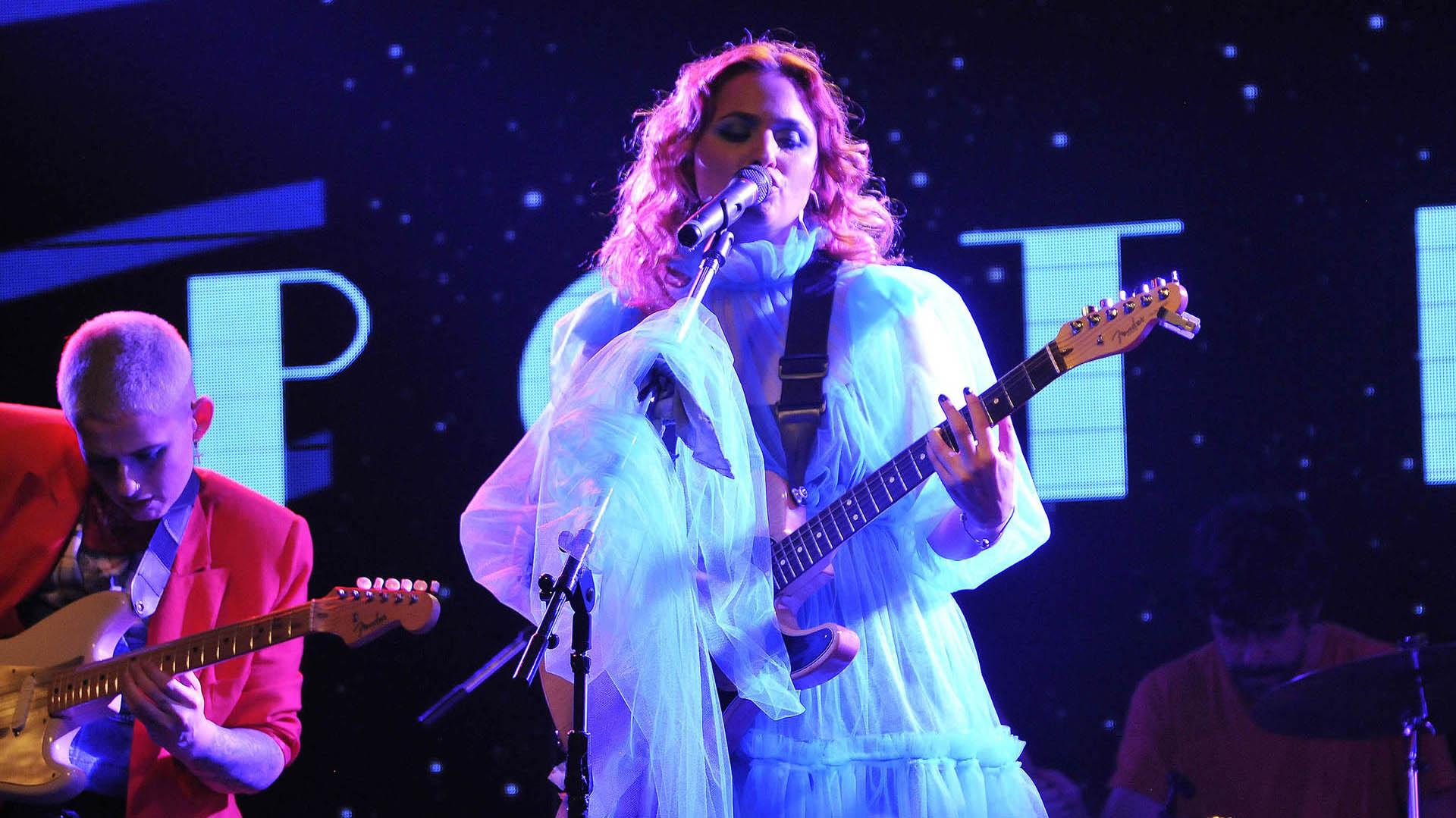 Además de cantar, Sofía Vitola toca la guitarra