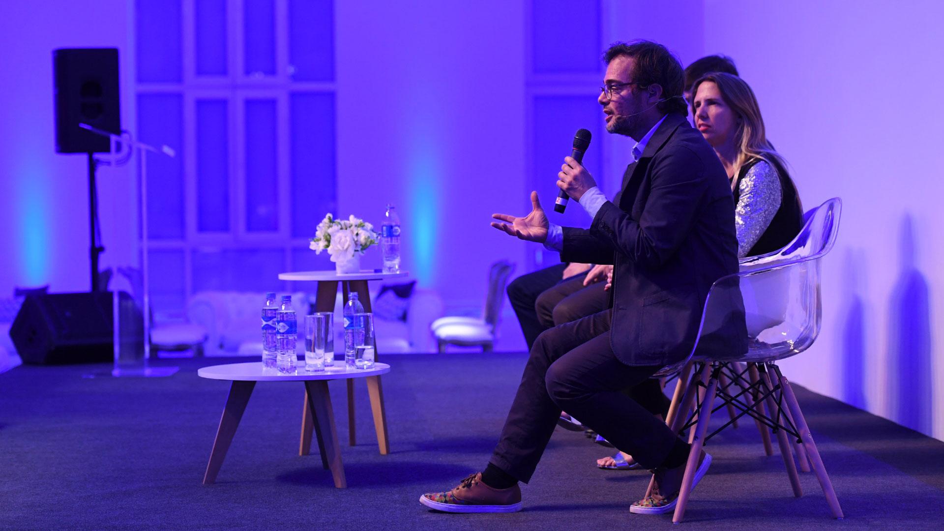 """Avogadro, ministro de Cultura de la Ciudad brindó su aporte en la primer jornada de Innovación del festival. Una audiencia interesada en las diferentes conferencias en la segunda parte del día 1 del FIAP. """"Nuestro trabajo es promover la cultura en todos lados"""""""