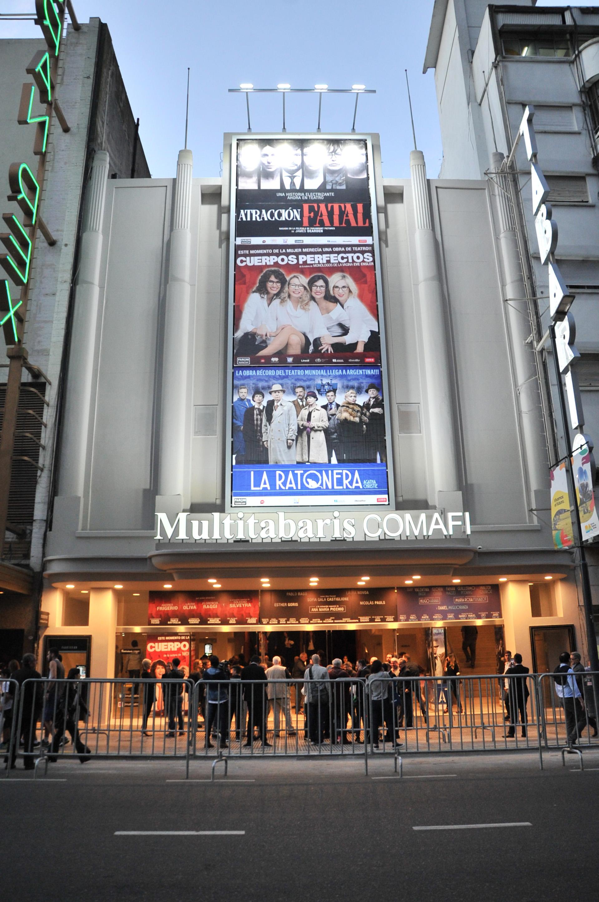Así lució la entrada del reinaugurado teatro, que albergará tres espectáculos en sus nuevas salas
