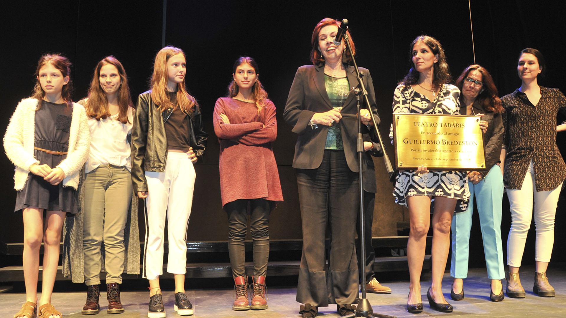 Nora Cárpena y su familia subieron al escenario para rendirle homenaje al recientemente fallecido Guillermo Bredeston, cuyo nombre quedará inmortalizado en una plaqueta recordatoria