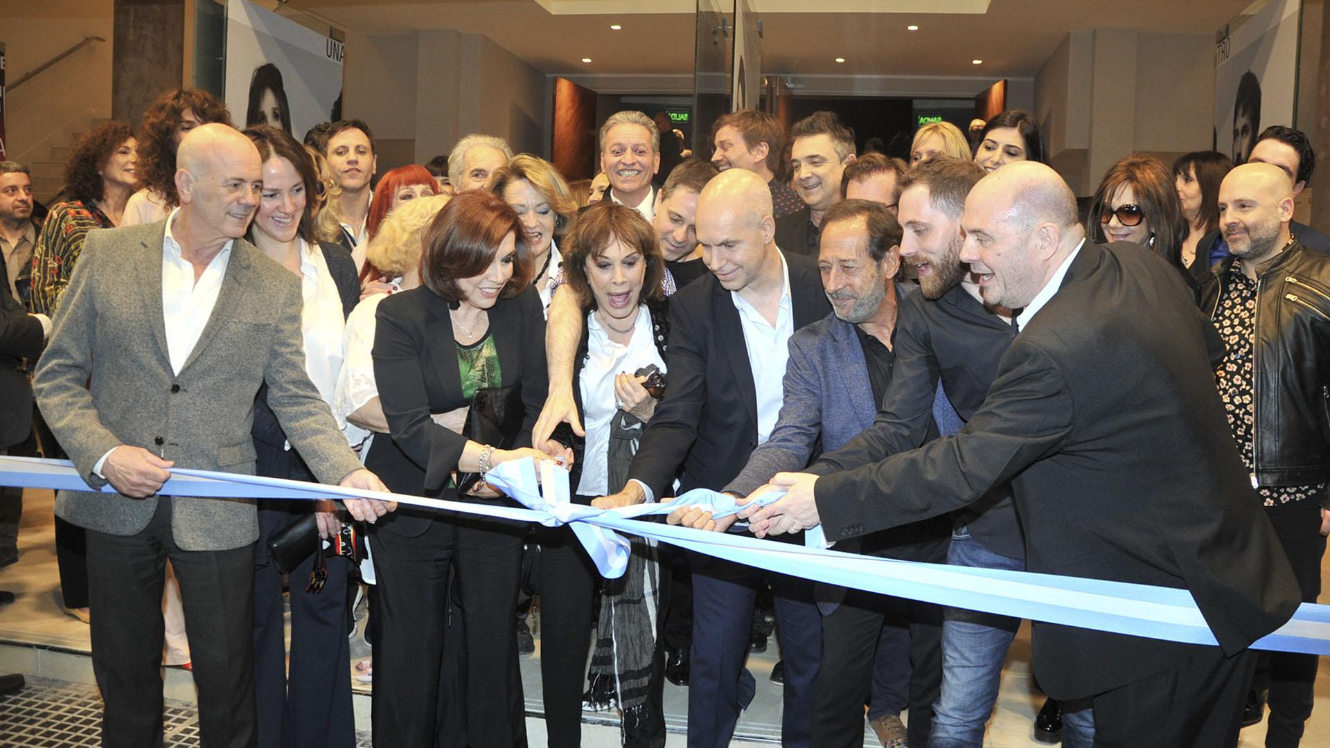 Nora Cárpena, Thelma Biral, Francella y Muscari, entre otros, en el momento de la inauguración (Teleshow)