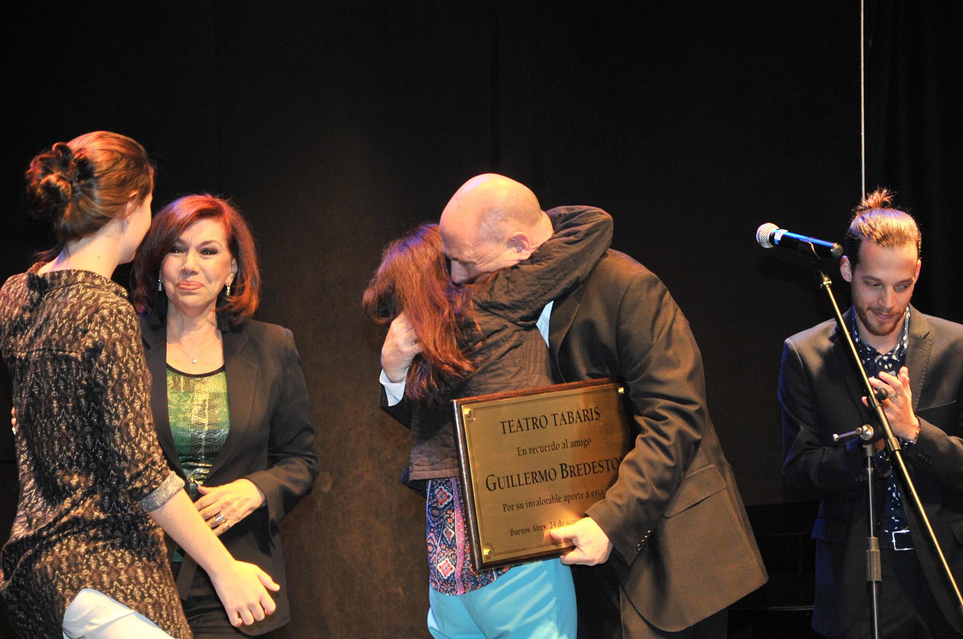 La entrega de la plaqueta recordatoria a la familia de Guillermo Bredeston, uno de los momentos de mayor emoción (Crédito de Fotos: Teleshow)