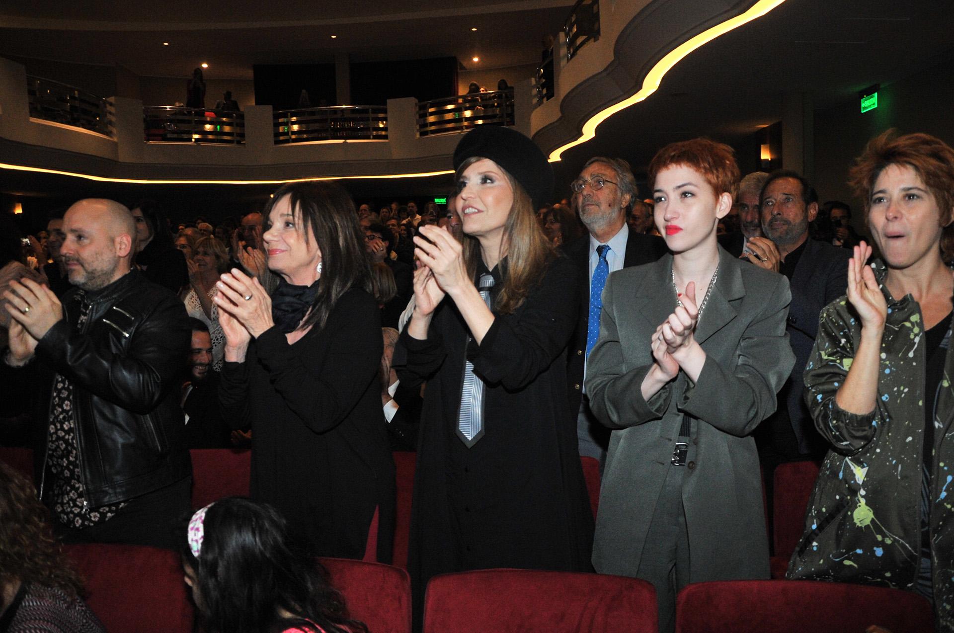 Muscari, Ana María Picchio, Esther Goris, Sofía Gala y Laura Novoa, con Brandoni y Francella detrás