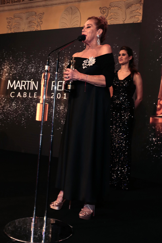 Marcela Tinayre al recibir su Martín Fierro de cable por su conducción femenina en Las Rubias + Uno (KZO)