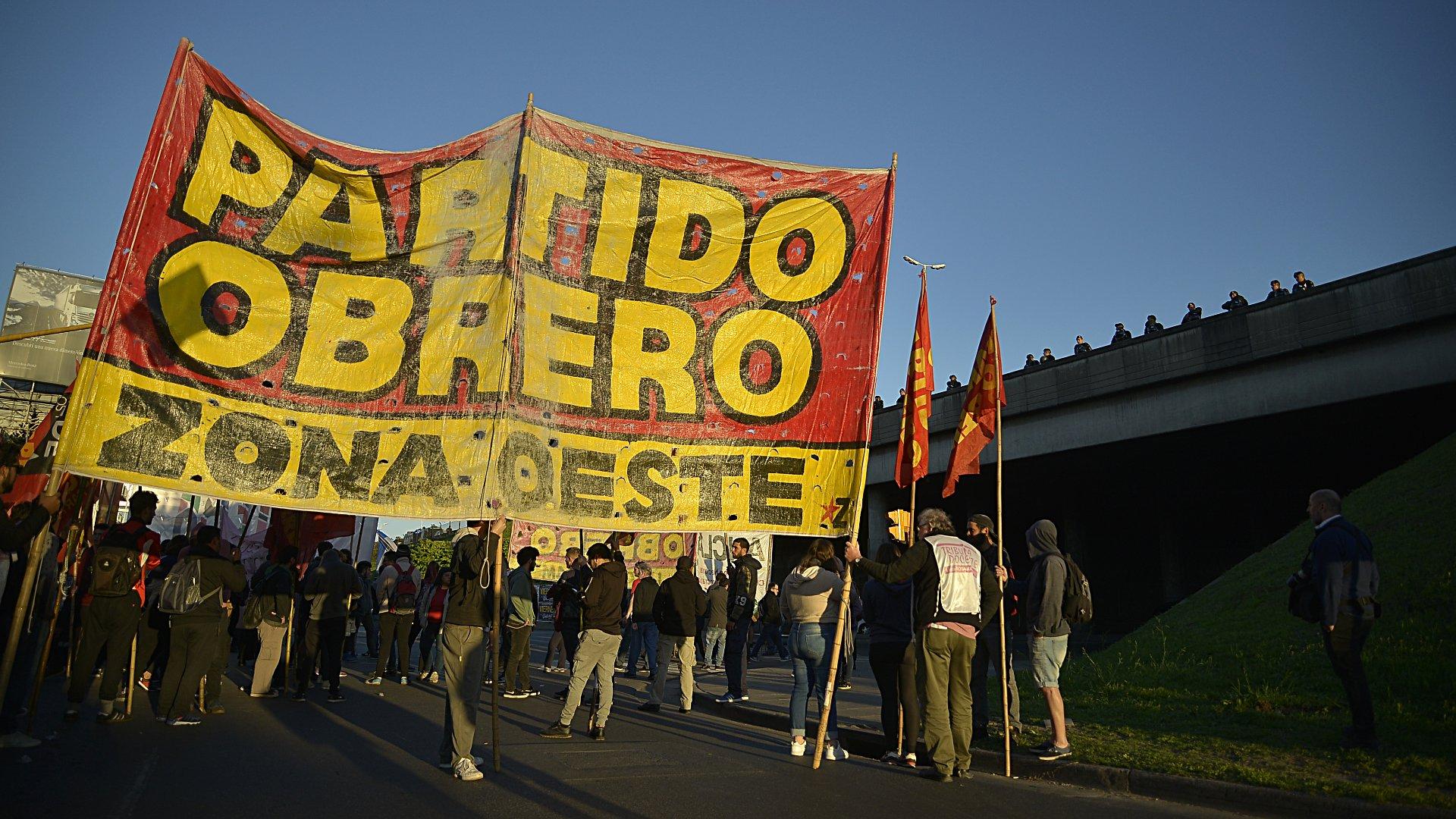 Militantes del Partido Obrero en la colectora del Acceso Oeste, altura Hospital Posadas