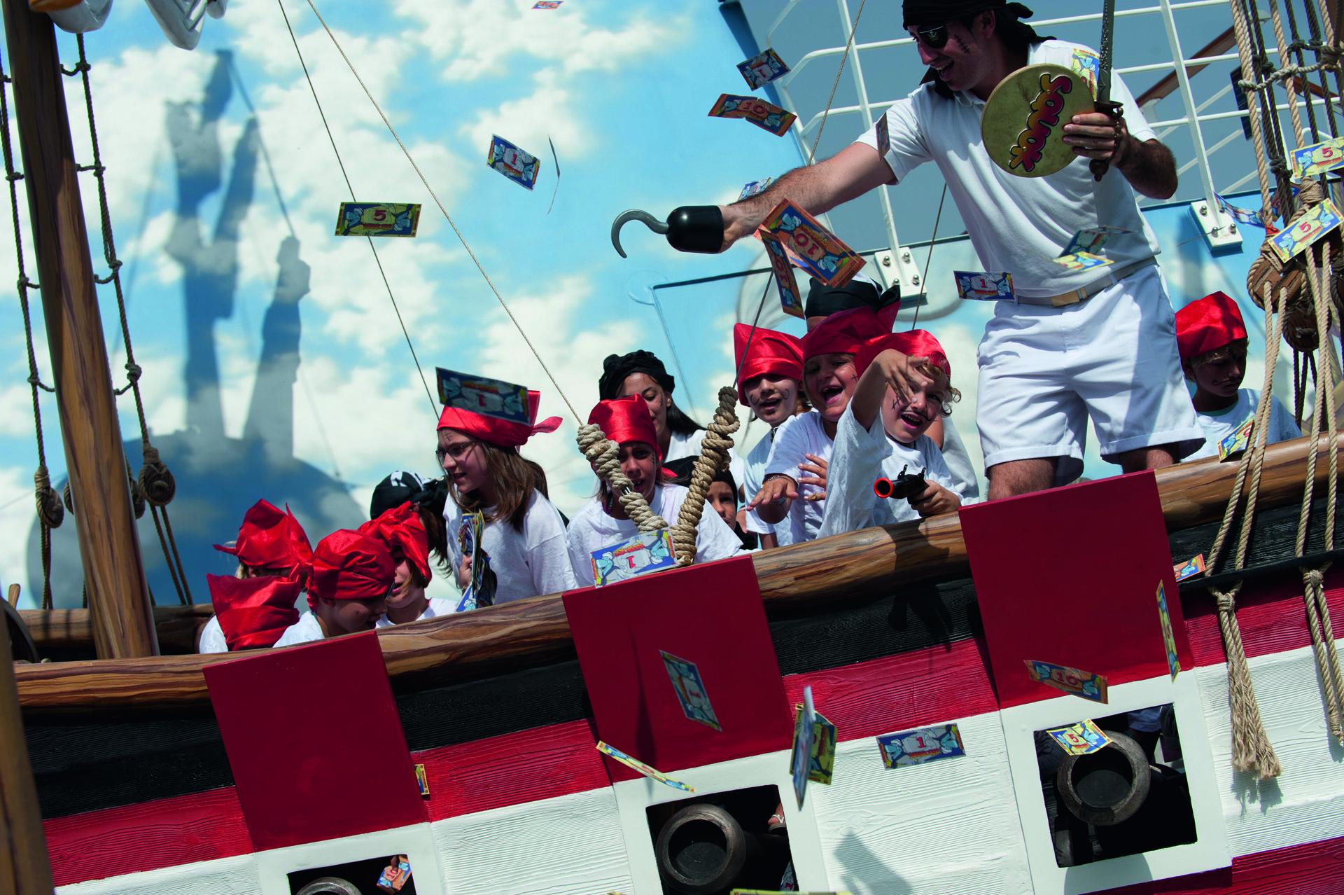 """Durante la """"Semana de los Piratas"""", en las islas se simulan ataques y desembarcos en las playas."""