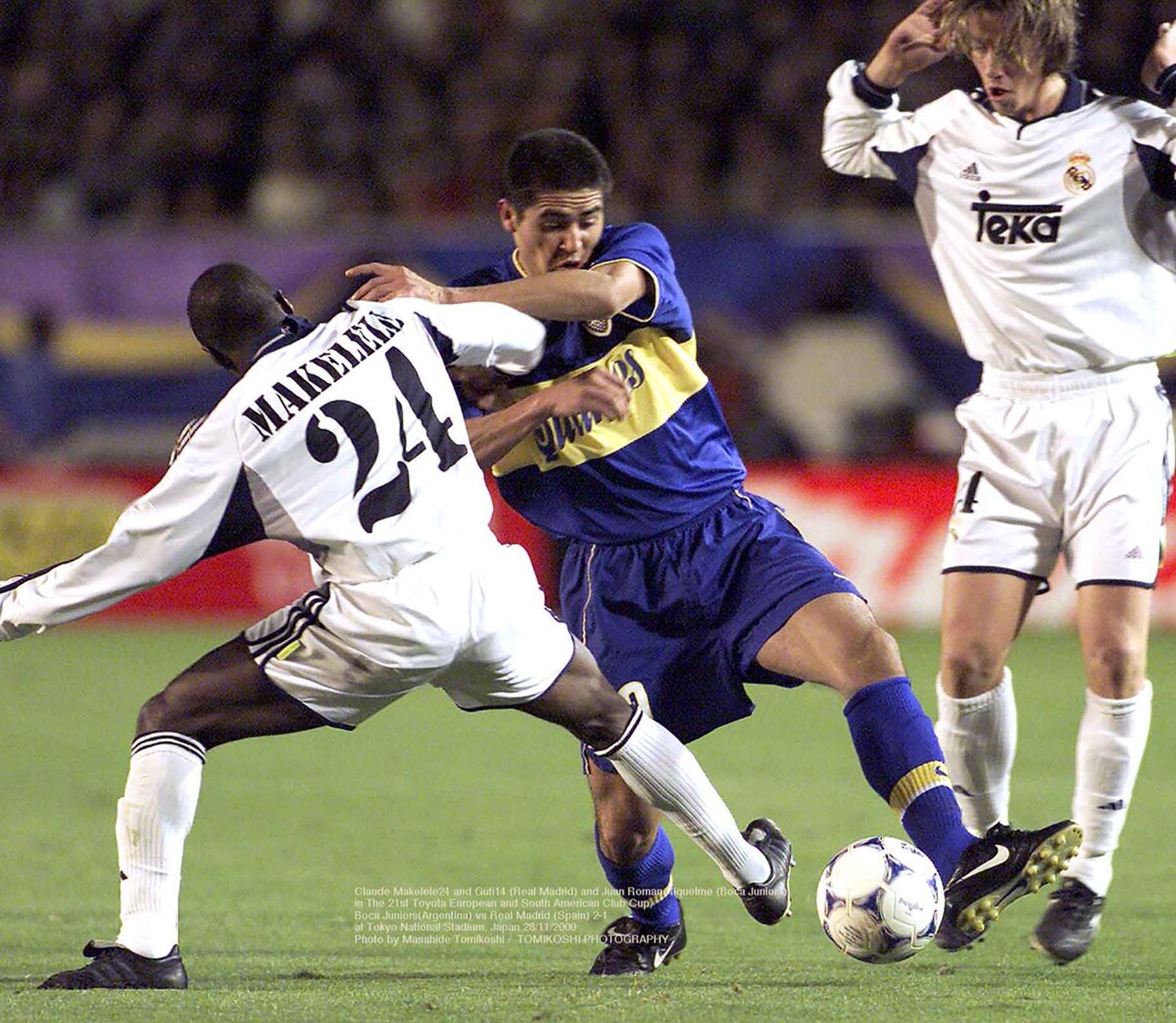 Juan Román Riquelme disputa la pelota con Makelele (Photo by Masahide Tomikoshi / TOMIKOSHI PHOTOGRAPHY @tphoto2005)
