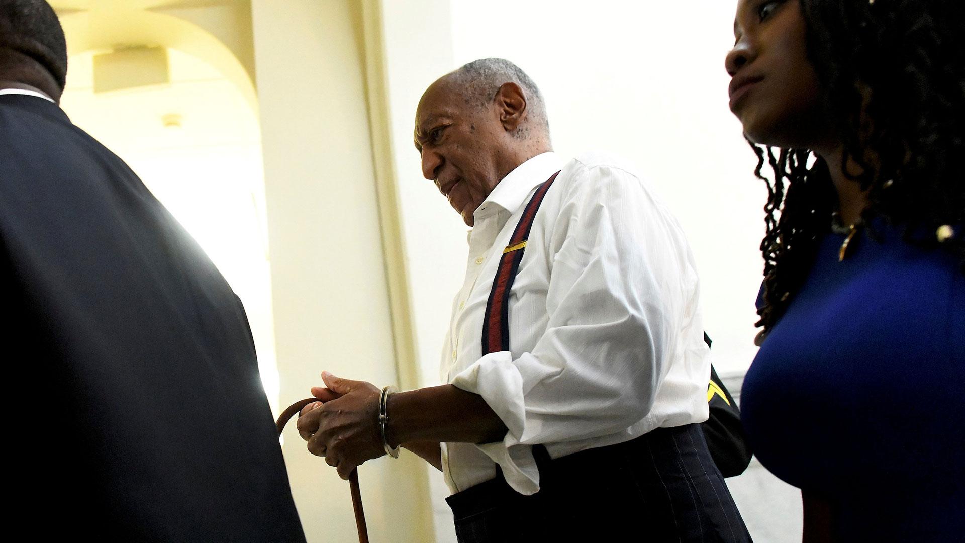 Bill Cosby abandona la sala de audiencias de la Corte de Norristown, Pensilvania, luego de ser condenado a entre 3 y 10 años de prisión por abuso sexual el 25 de septiembre