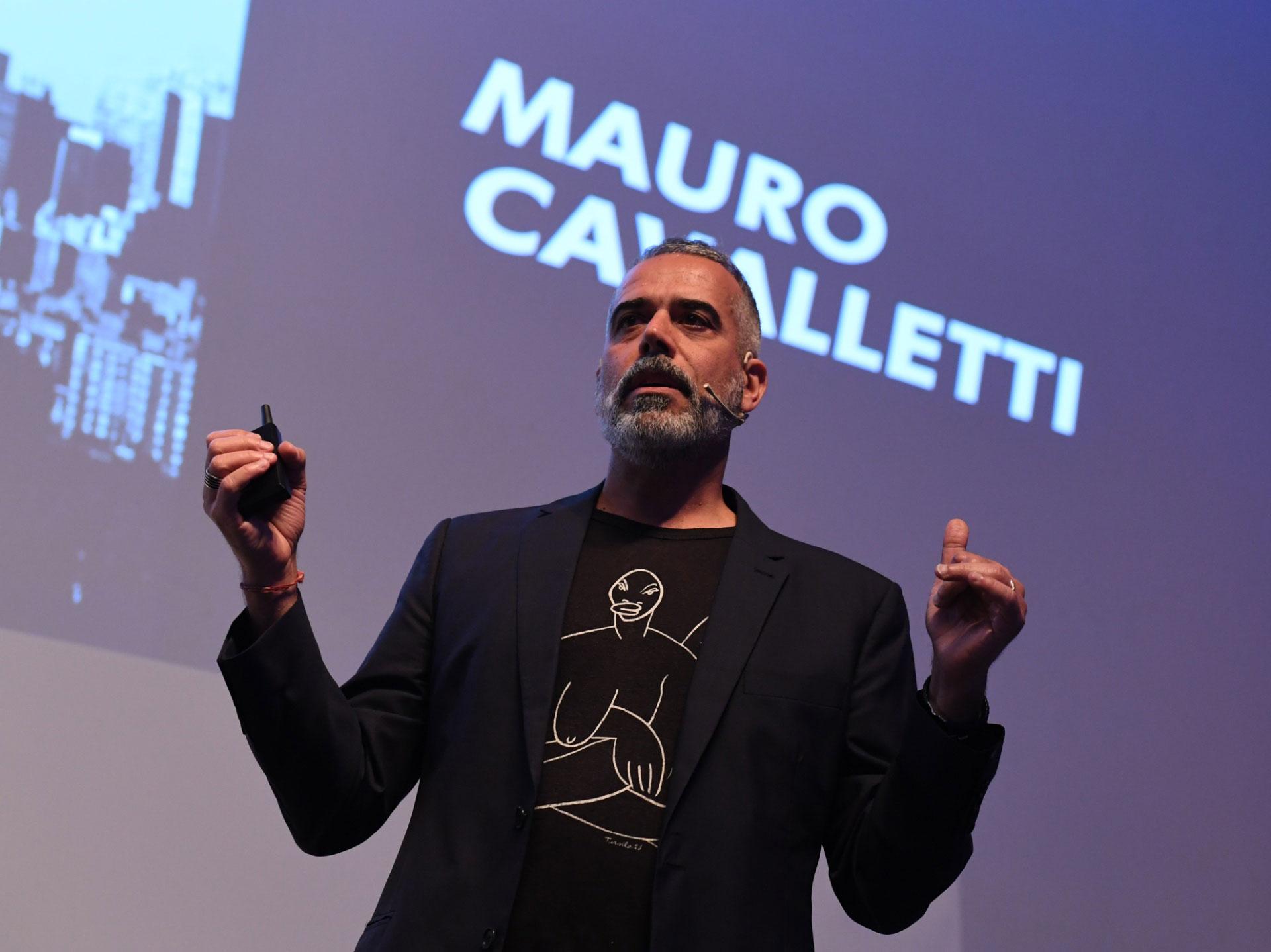 Mauro Cavaletti director del área de creative shop de Facebook e Instagram durante su conferencia.