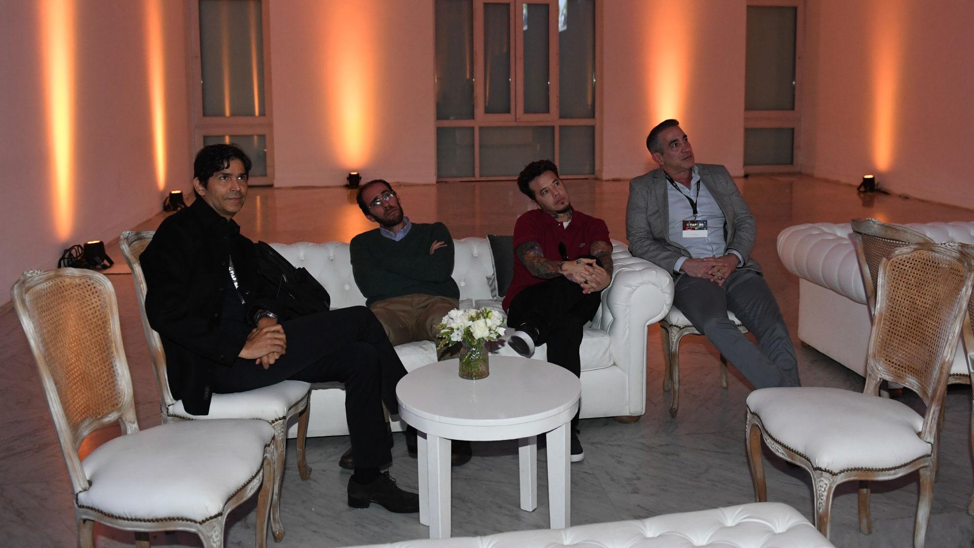Momento de relax ante de que Santana suba al escenario para su masterclass. Sebastián Ortega lo escuchó con atención y admiración