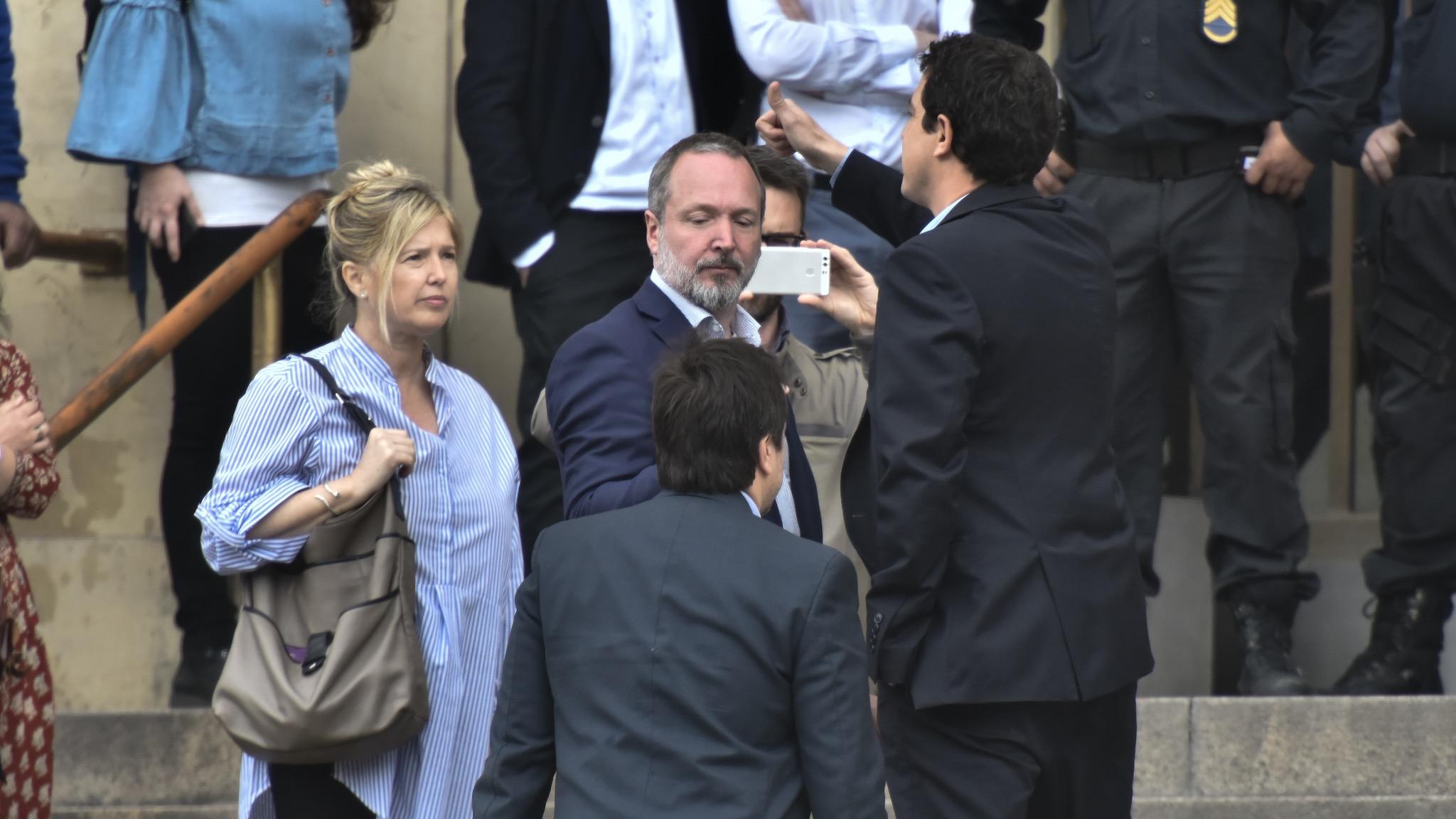 Cristina Álvarez Rodríguez, Martín Sabbatella y Eduardo Wado de Pedro (con el pulgar en el alto) en el ingreso principal de los tribunales de Comodoro Py