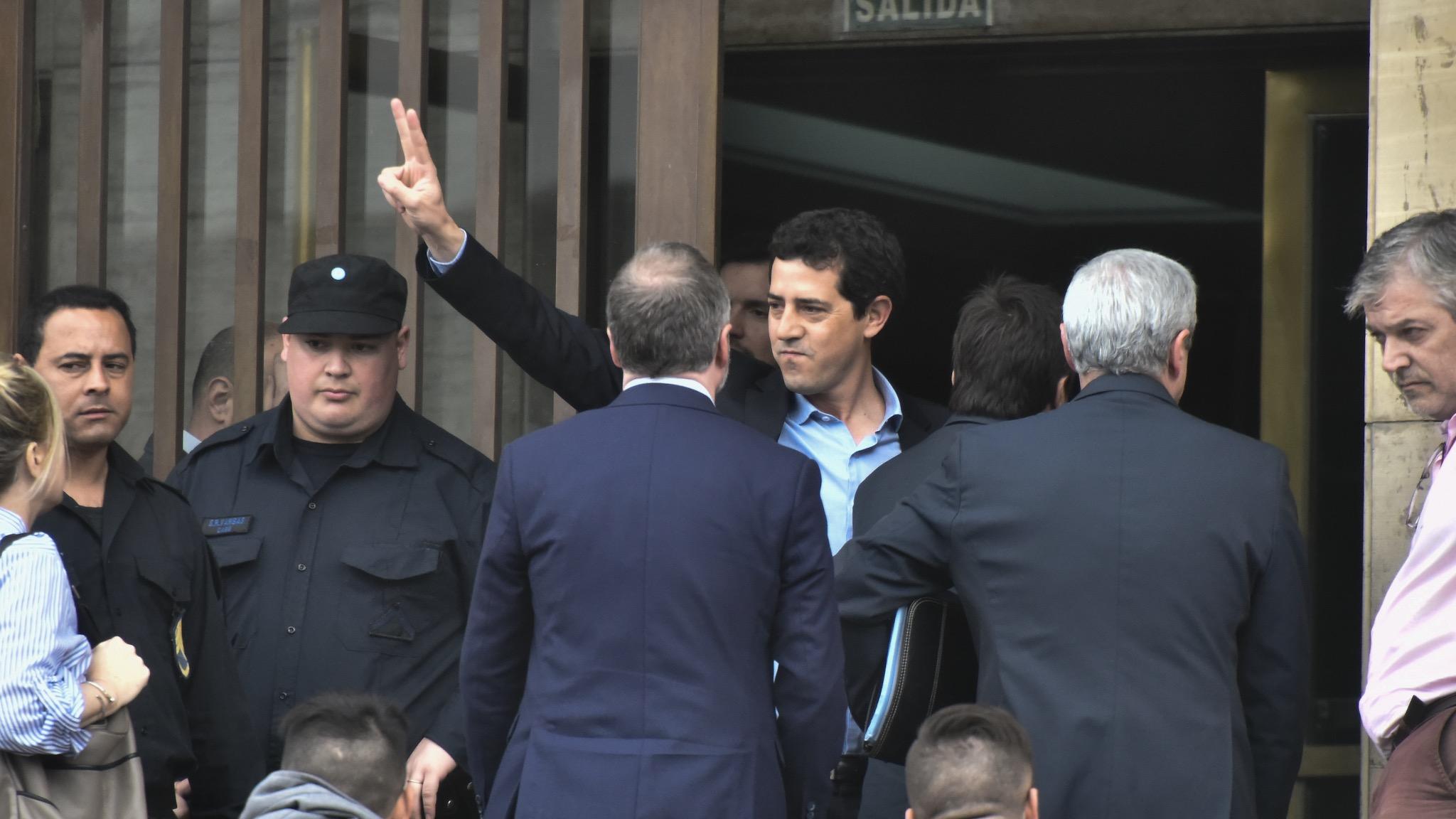 Eduardo Wado de Pedro saluda con la V de la victoria