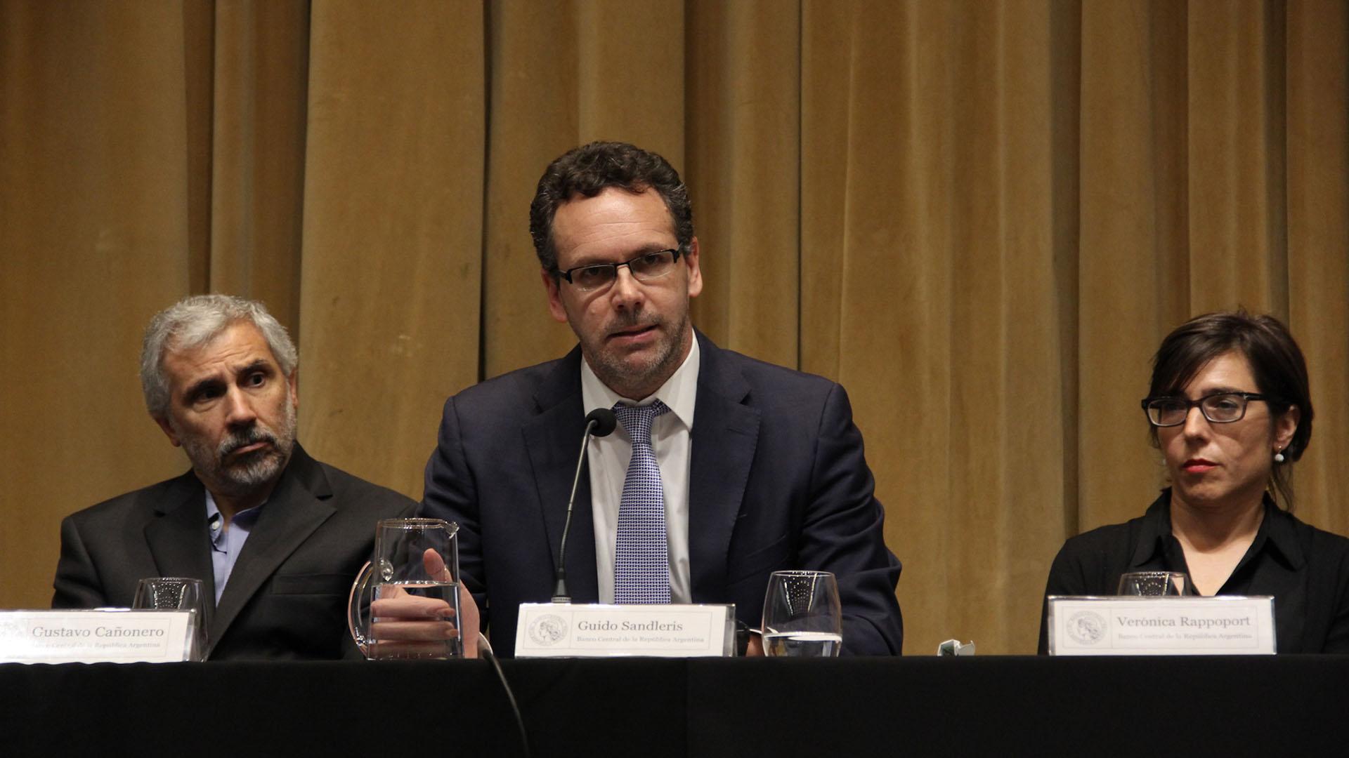 La autoridad monetaria, junto a los vicepresidentes Gustavo Cañonero y Verónica Rappoport (Matias Baglietto)