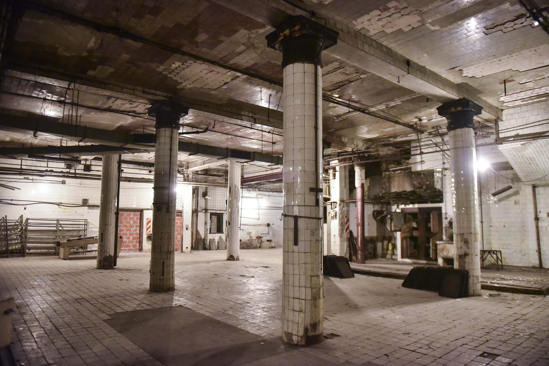 En el subsuelo de la confitería se encontraba la cocina, donde se preparaba principalmente la destacada pastelería del café
