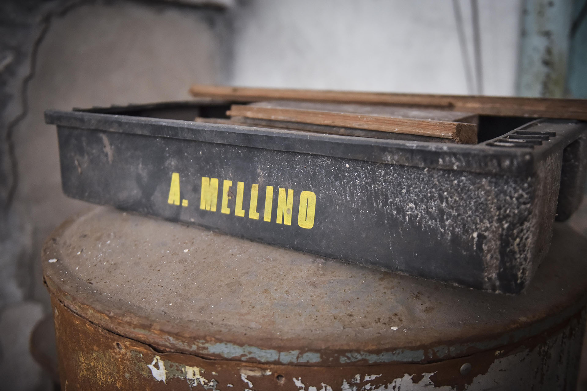 Los restauradores encuentran durante su trabajo algunos elementos que permiten reconstruir la historia del café