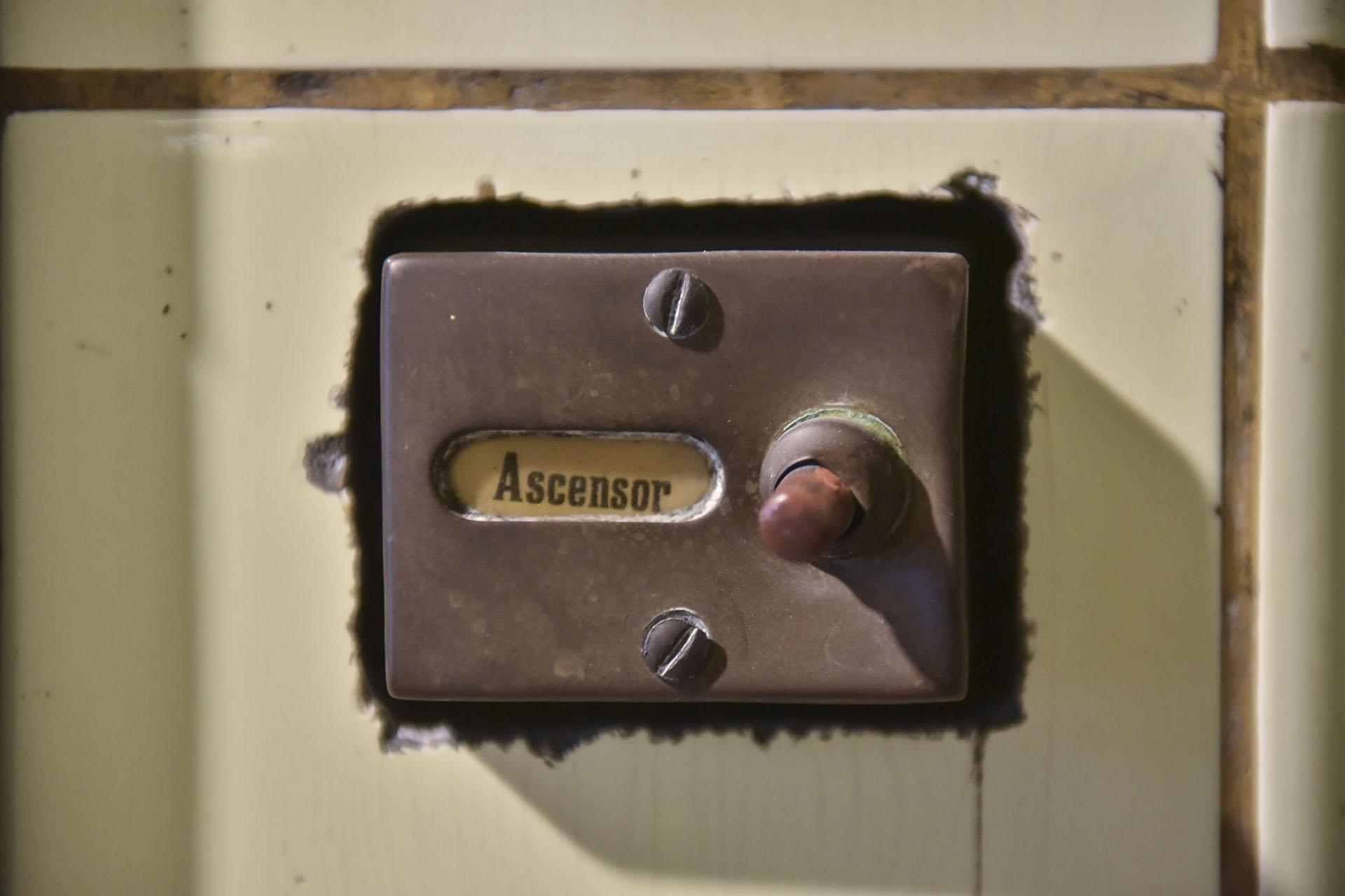 Pionero en su época, el edificio cuenta con un ascensor antiguo que se encuentra en reparación