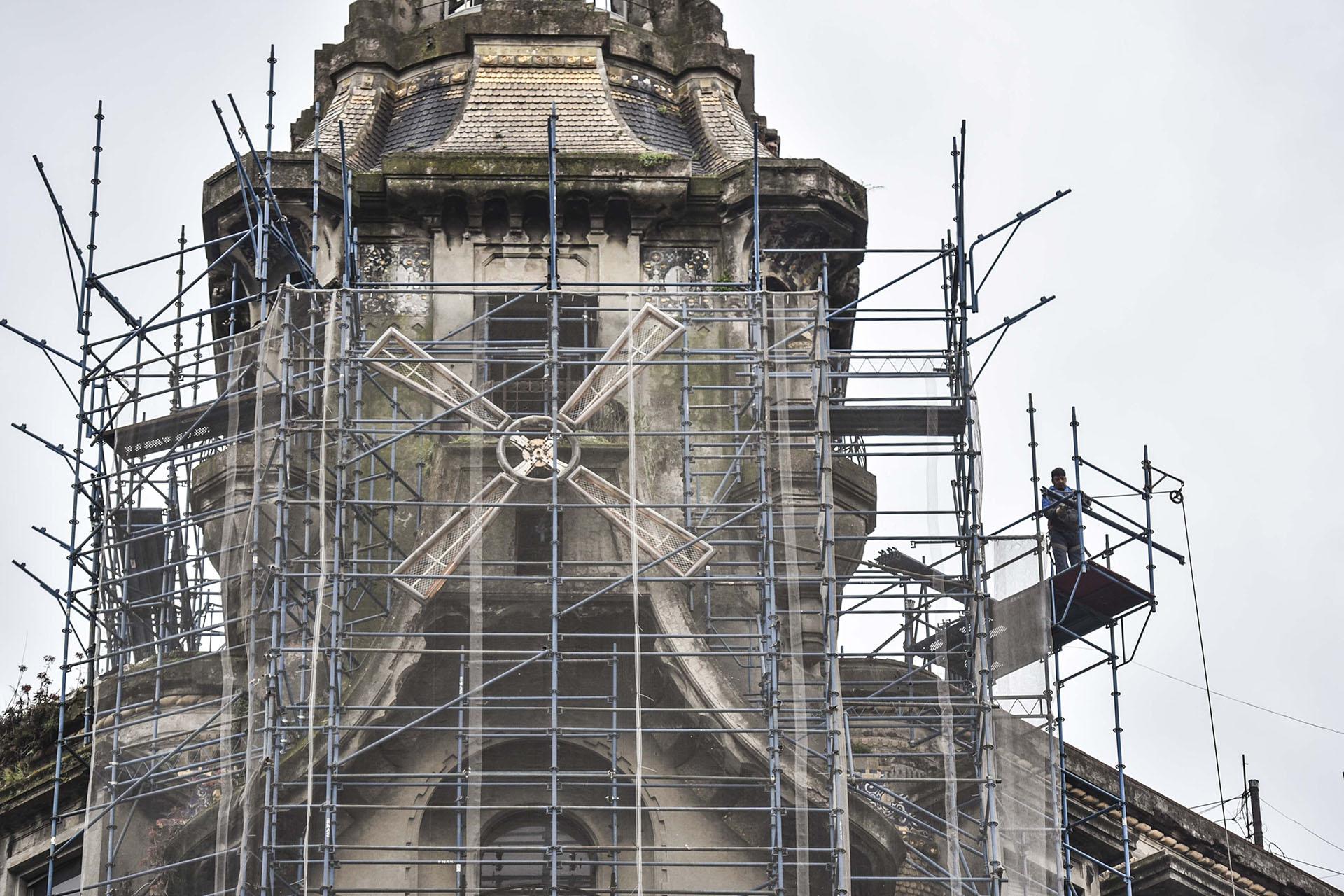 La fachada del edificio también se encuentra en reparación