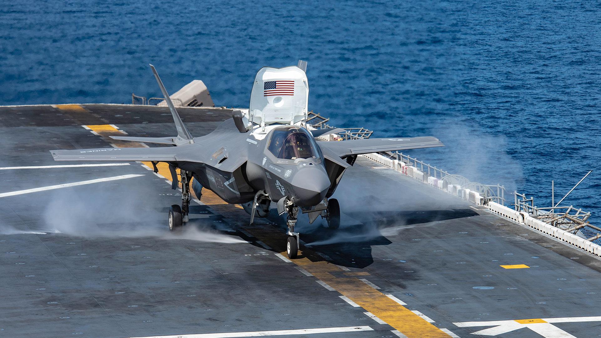 Un F-35 despegando desde un portaaviones (AFP)