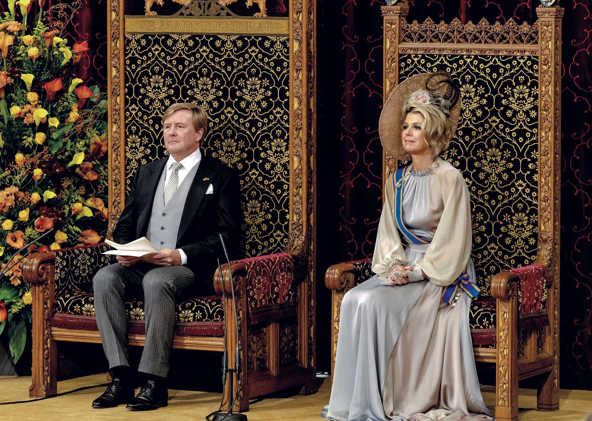 El día de apertura del año parlamentario –único en que, según el protocolo, las mujeres deben usar sombrero– el rey leyó su discurso en la Sala de los Caballeros.