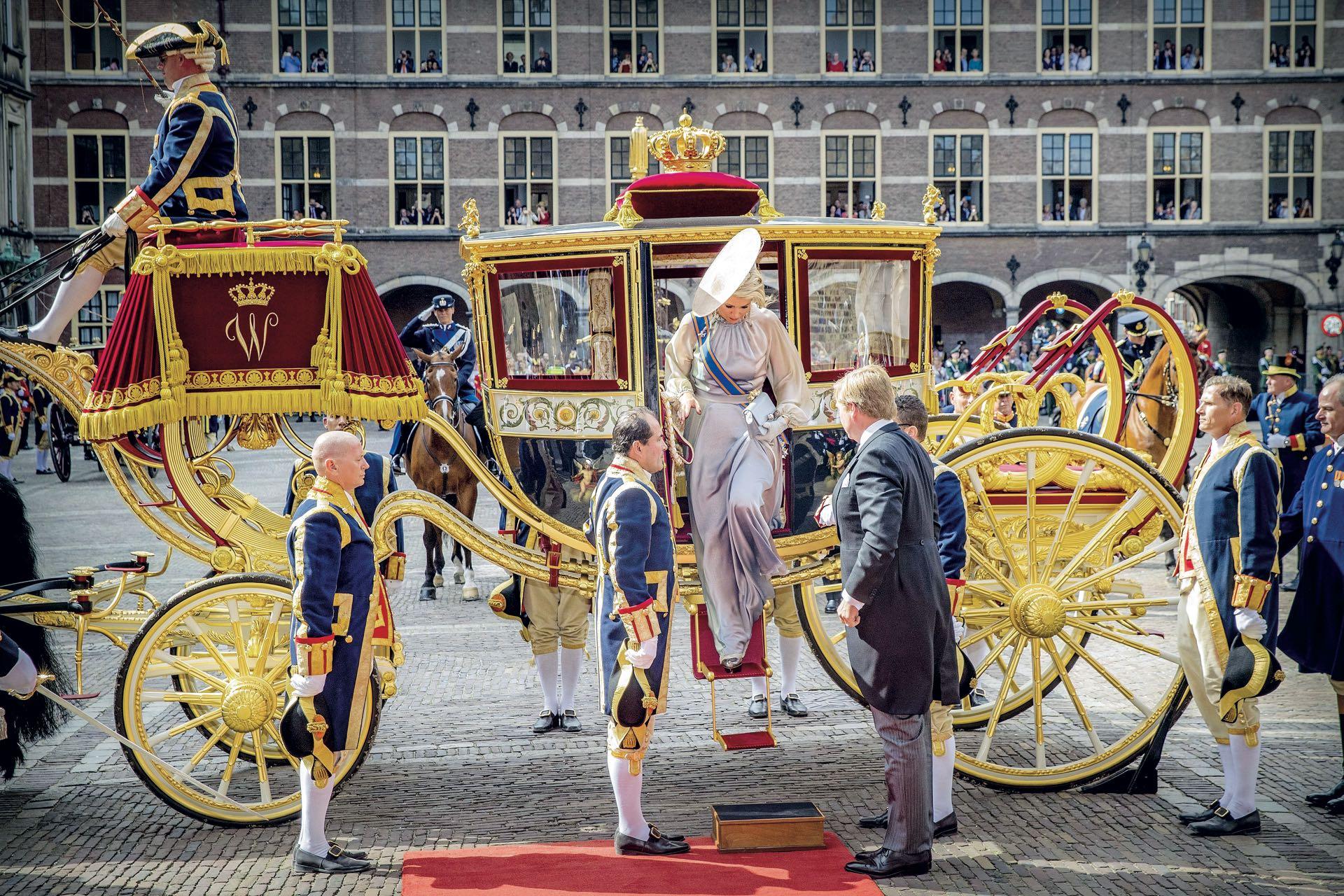 Los reyes se trasladaron en una carroza de cristal que fue encargada por el rey Guillermo I en 1821, porque la carroza de oro –aquella que inspiró la de La Cenicienta– está en proceso de restauración.