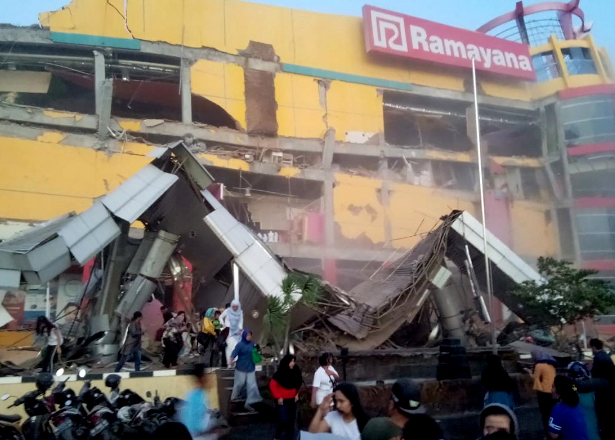 Vista de un edificio derrumbado tras un terremoto de magnitud 7,5 que sacudió la isla de Célebes, situada en el norte de Indonesia, después de que, unas horas antes, otro seísmo de 6,1 grados provocase la muerte de una persona, 10 heridos y el derrumbe de varios edificios en la misma zona.