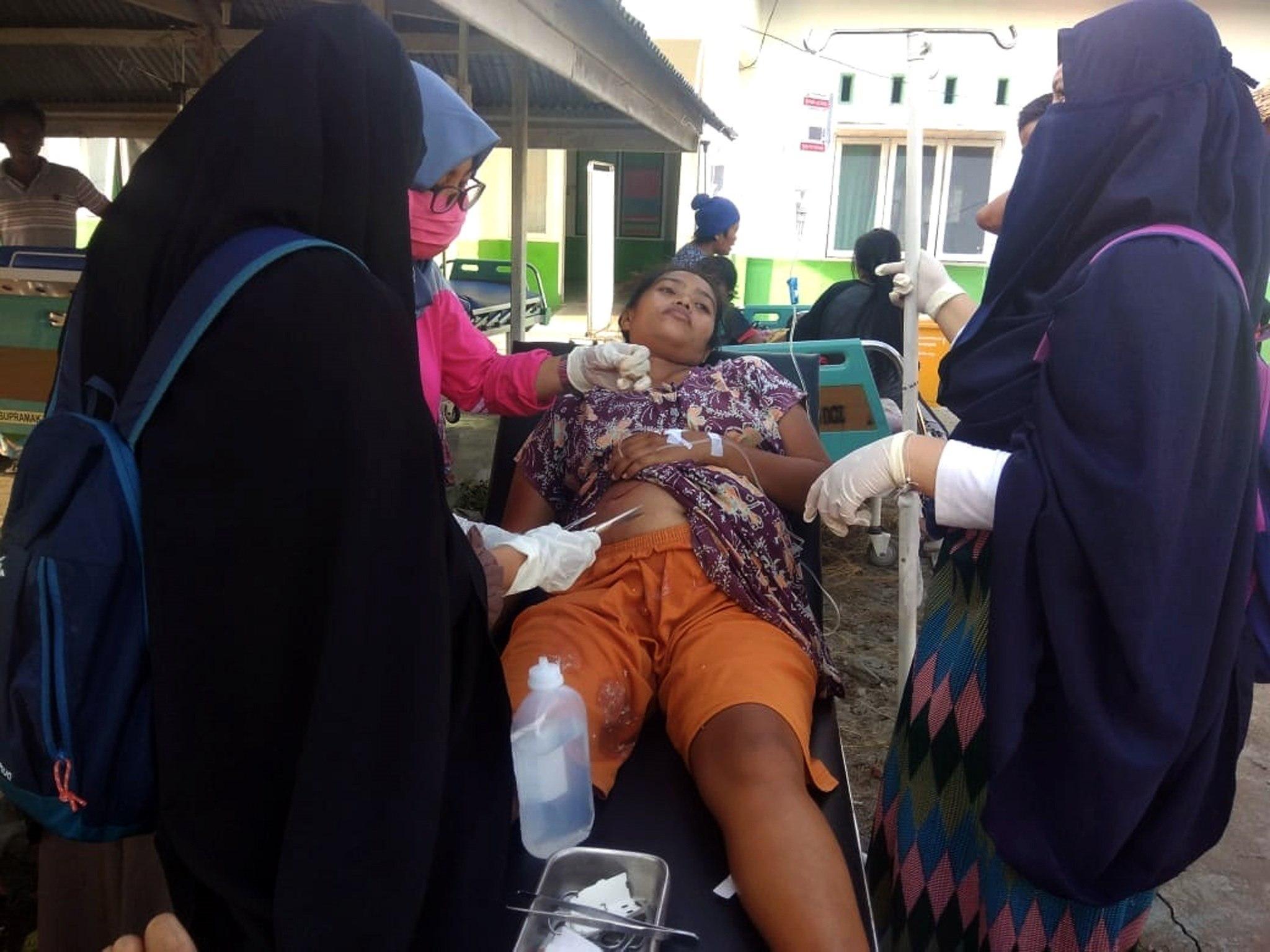 Una residente recibe atención médica tras un terremoto de magnitud 7,5 que sacudió la isla de Célebes, situada en el norte de Indonesia (EFE)