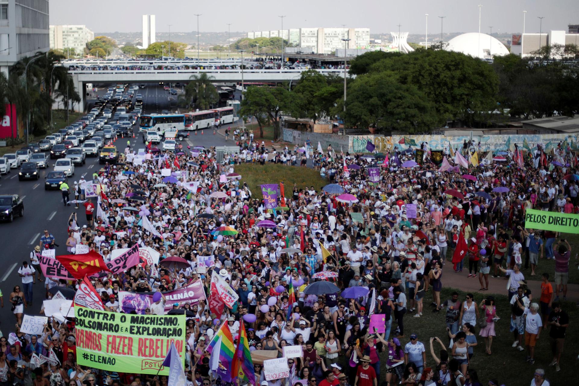 Las multitudinarias marchas contra Bolsonaro no se reflejan por ahora en los sondeos (Reuters)