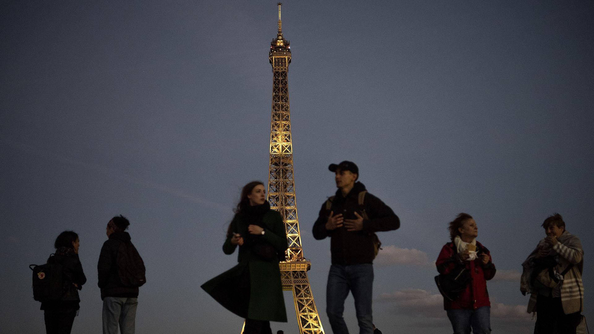 La Torre Eiffel dorada en homenaje a Charles Aznavour (AFP)
