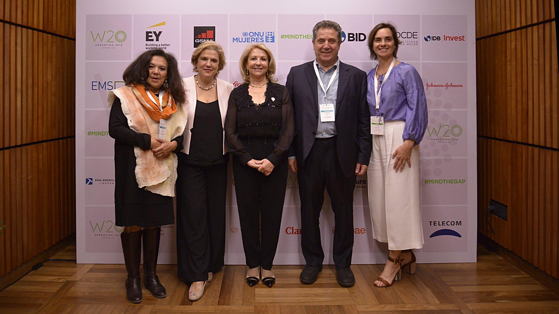 Magda Choque Vilca, de la Universidad Nacional de Jujuy; la periodista Pilar Rahola, la presidente del W20, Susana Balbo; Joan Melé, de Banca Ética; y Juliana Bonetto, directora Ejecutiva del W20