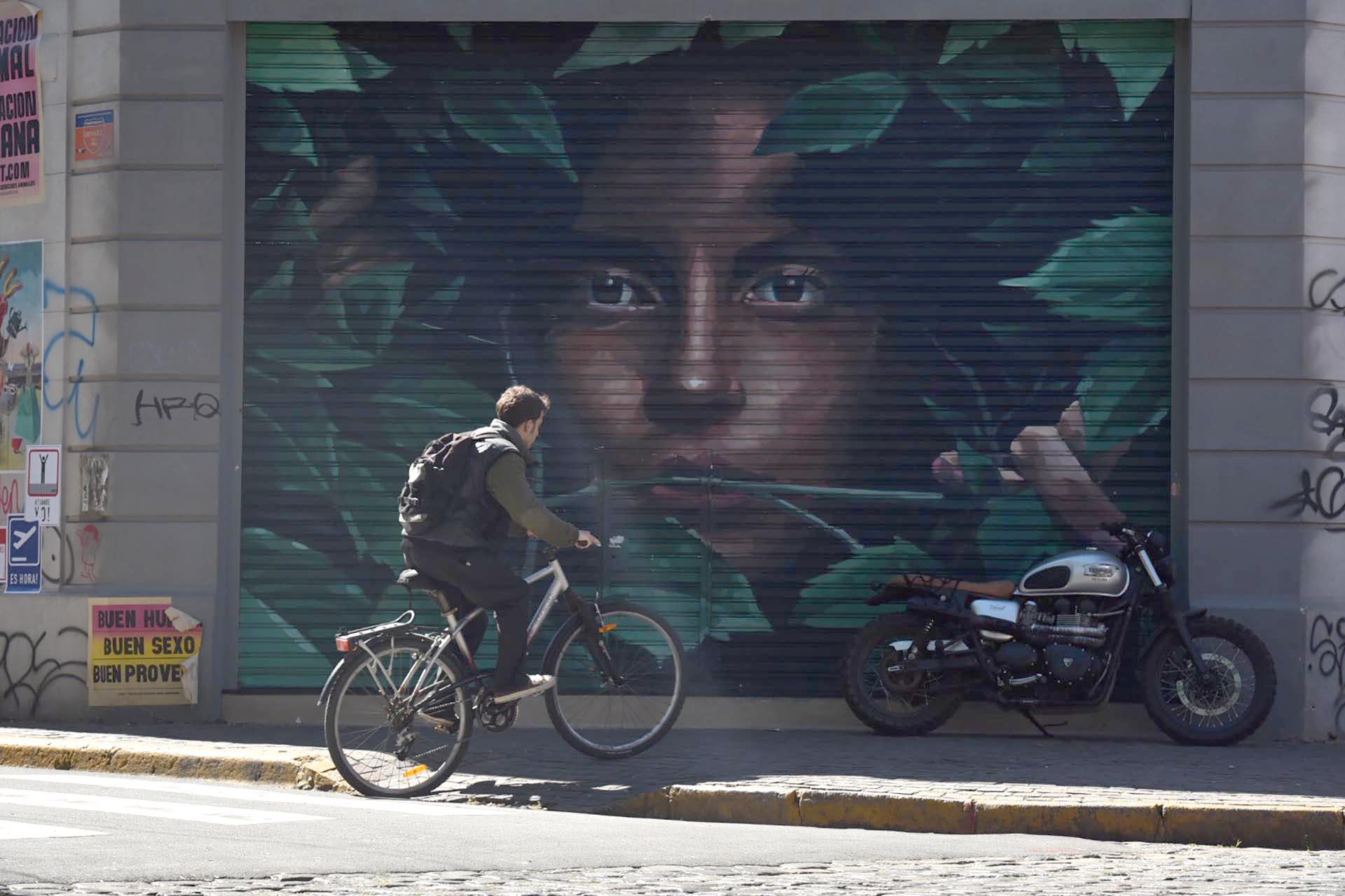 Todas las calles de Palermo tienen en sus paredes y persianas dibujos, murales, graffitis y afiches de artistas plásticos y callejeros con frases inspiradoras y dibujos que revolucionan en las redes sociales por la originalidad