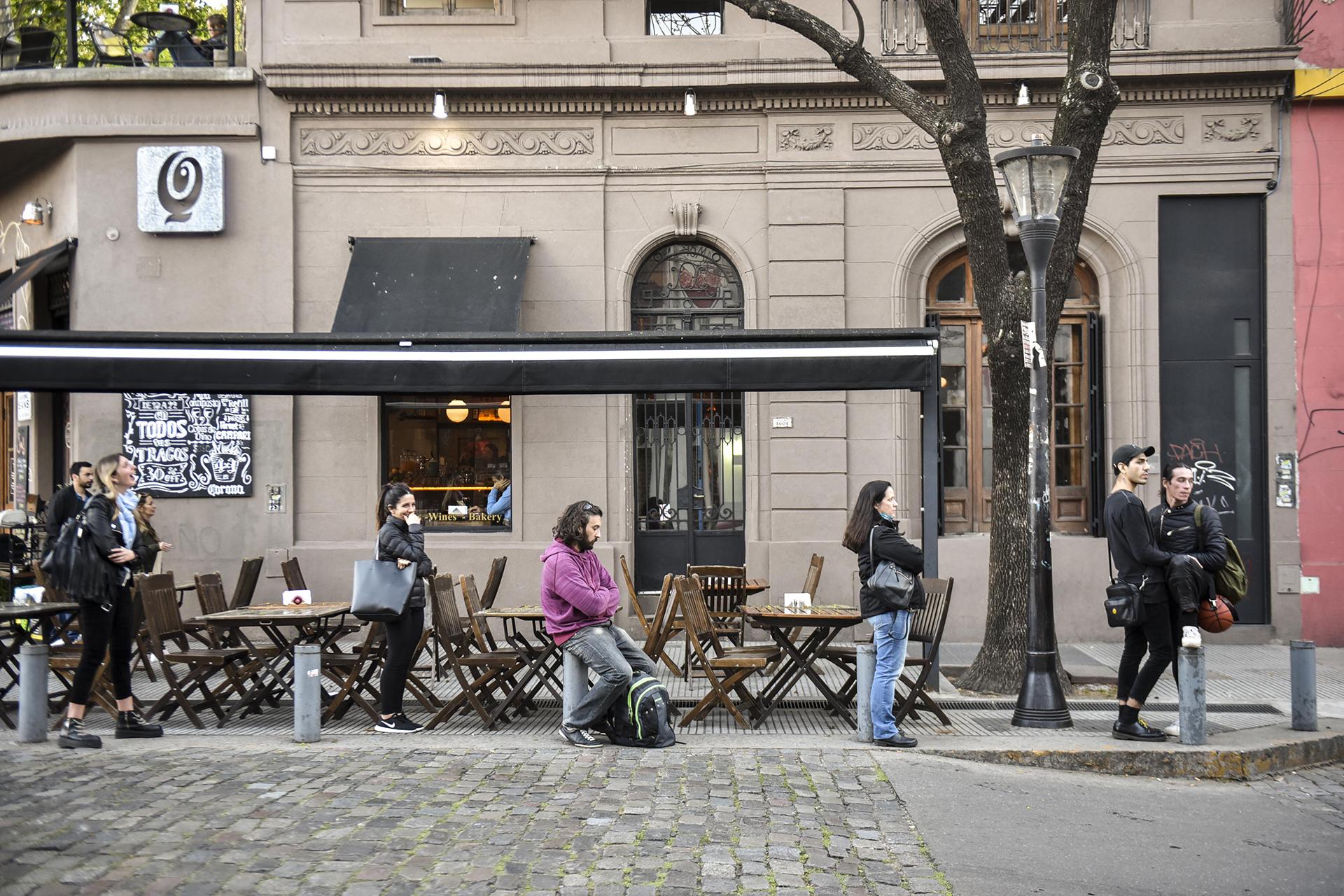 Costa Rica y Armenia. Calles empedradas y esquinas con bares y restaurantes. Paradas de colectivo que pasan por el barrio de Palermo Soho