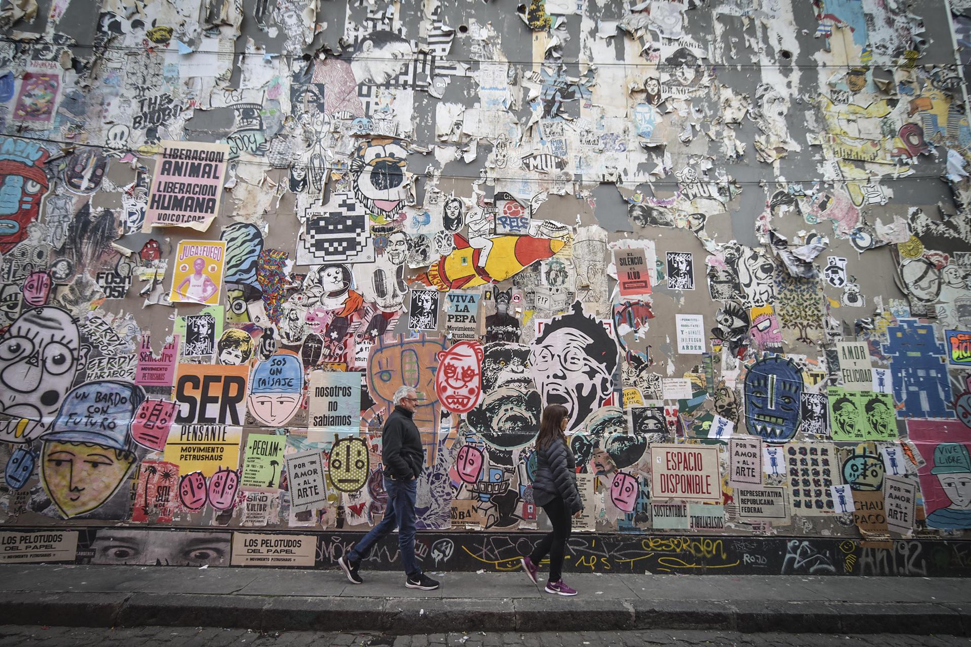 Los paredones de los pasajes están decorados con afiches de artistas reconocidos que mezclan el arte con frases inspiracionales y dibujos clásicos de historietas. Lacast Stencil, Gerdy Harapos, Guille Pachelo, Movimiento Petrahus y Boxi-Trixi exponen sus creaciones en Palermo