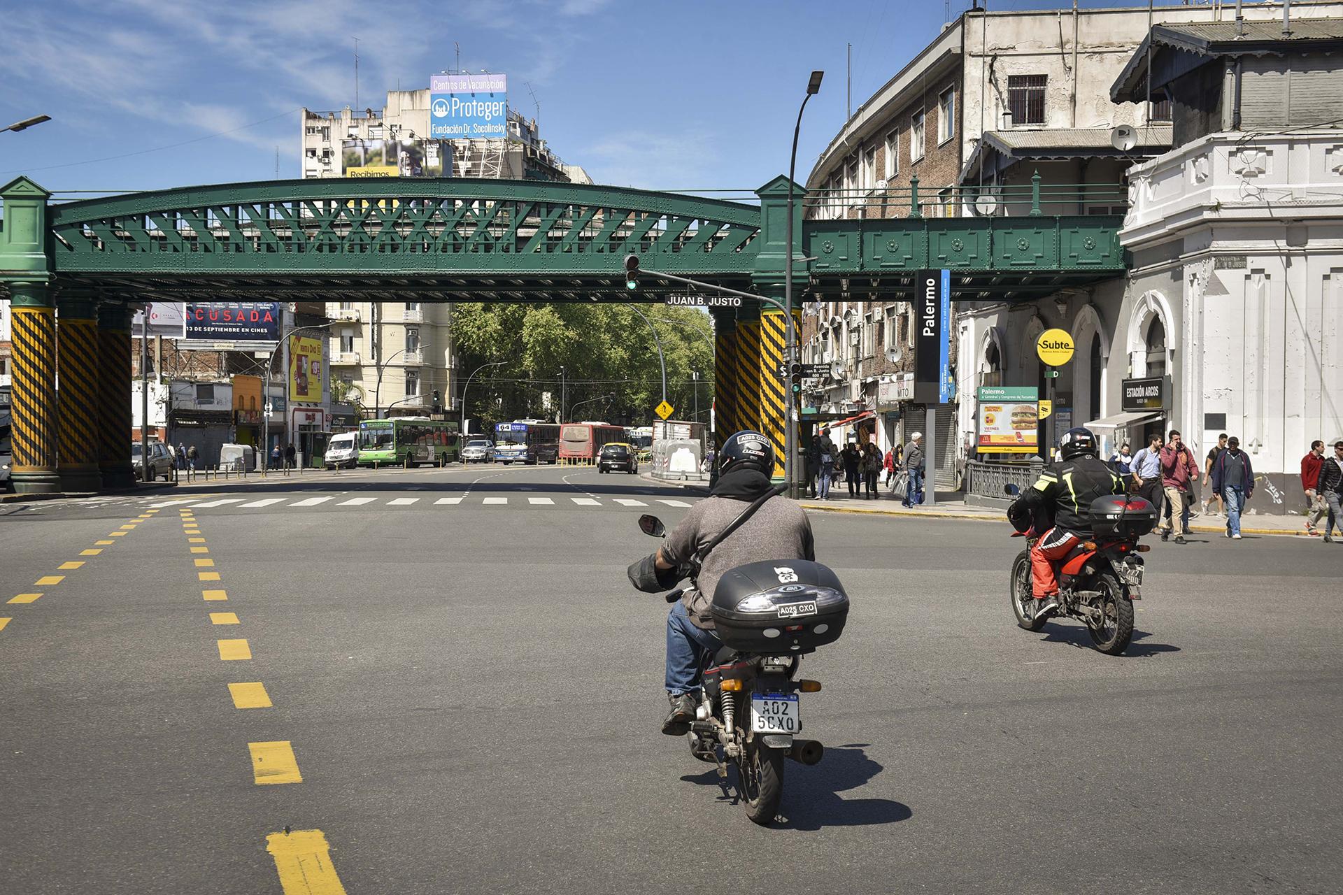 Santa Fe y Juan B Justo, donde empieza el barrio de Palermo Soho. Estación de tren, subte y metrobus