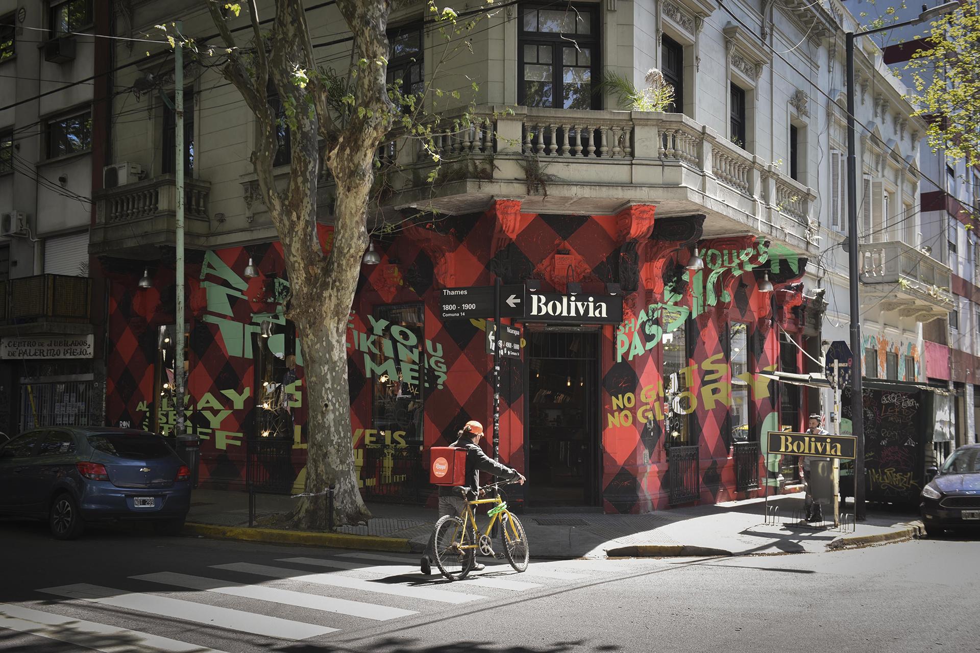"""Thames y Nicaragua, un local de indumentaria con frases existenciales como """"No guts, no glory"""" sobre una divertida combinación de colores cuadrillé, rojos y negros. El frente está pintado por el muralista Martín Ron"""