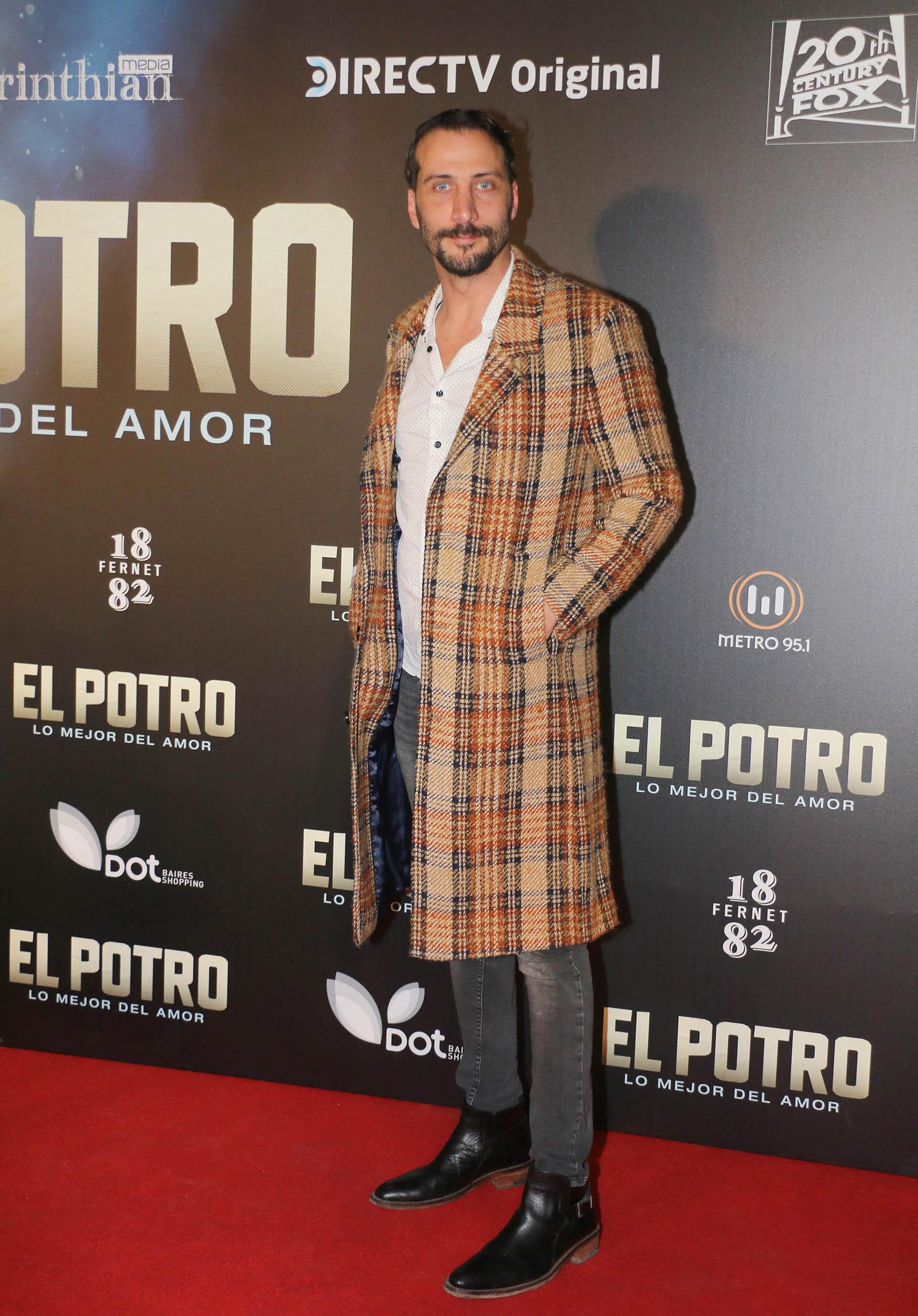 El sobretodo del actor Luciano Cáceres fue tema obligado en la charla de todos los invitados