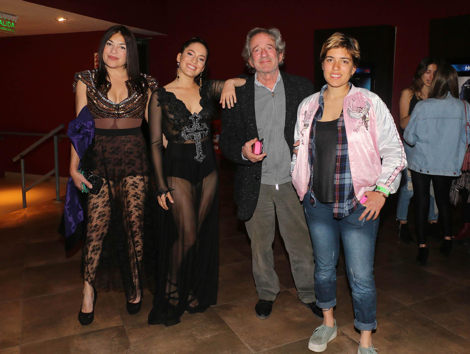 Agostina con sus papás, Claribel Medina y Pablo Alarcón, y su hermana, Antonella