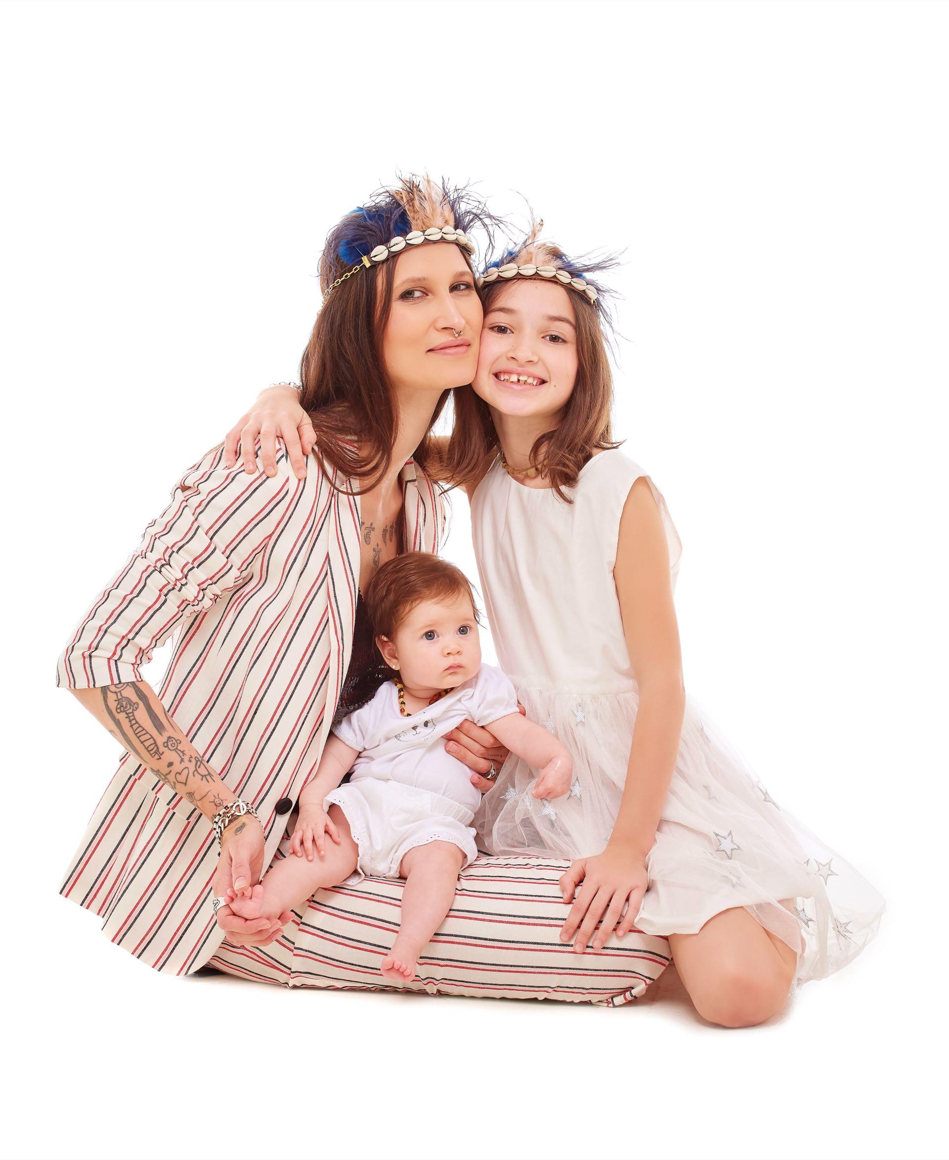 Nat: traje rayado (Carmela Achaval) y top de paillettes (Allô Martínez). Mona: vestido con faldade tul ($ 2.199, Grisino). Debbie: body de algodón y short de broderie ($ 495 y $ 840, Mimo & Co).
