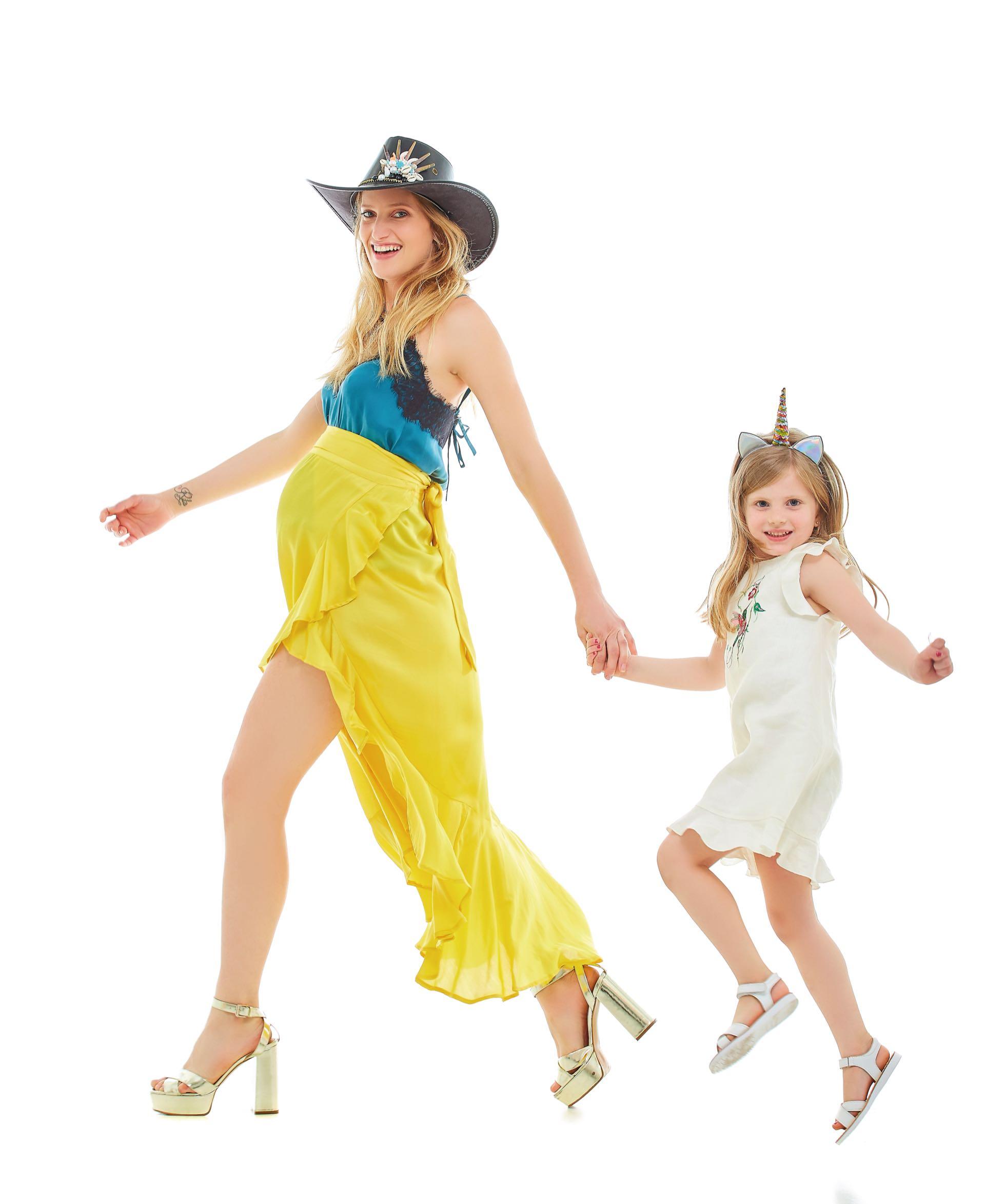 Romi: top de seda con encaje y falda cruzada (Cher), sandalias metalizadas (Vitamina) y sombrero de cuero con piedras aplicadas ($ 1.700, Pago Chico).Rita: vestido de lino ($ 1.656, Acquachiare) y sandalias de cuero ($ 999, Mimo & Co).