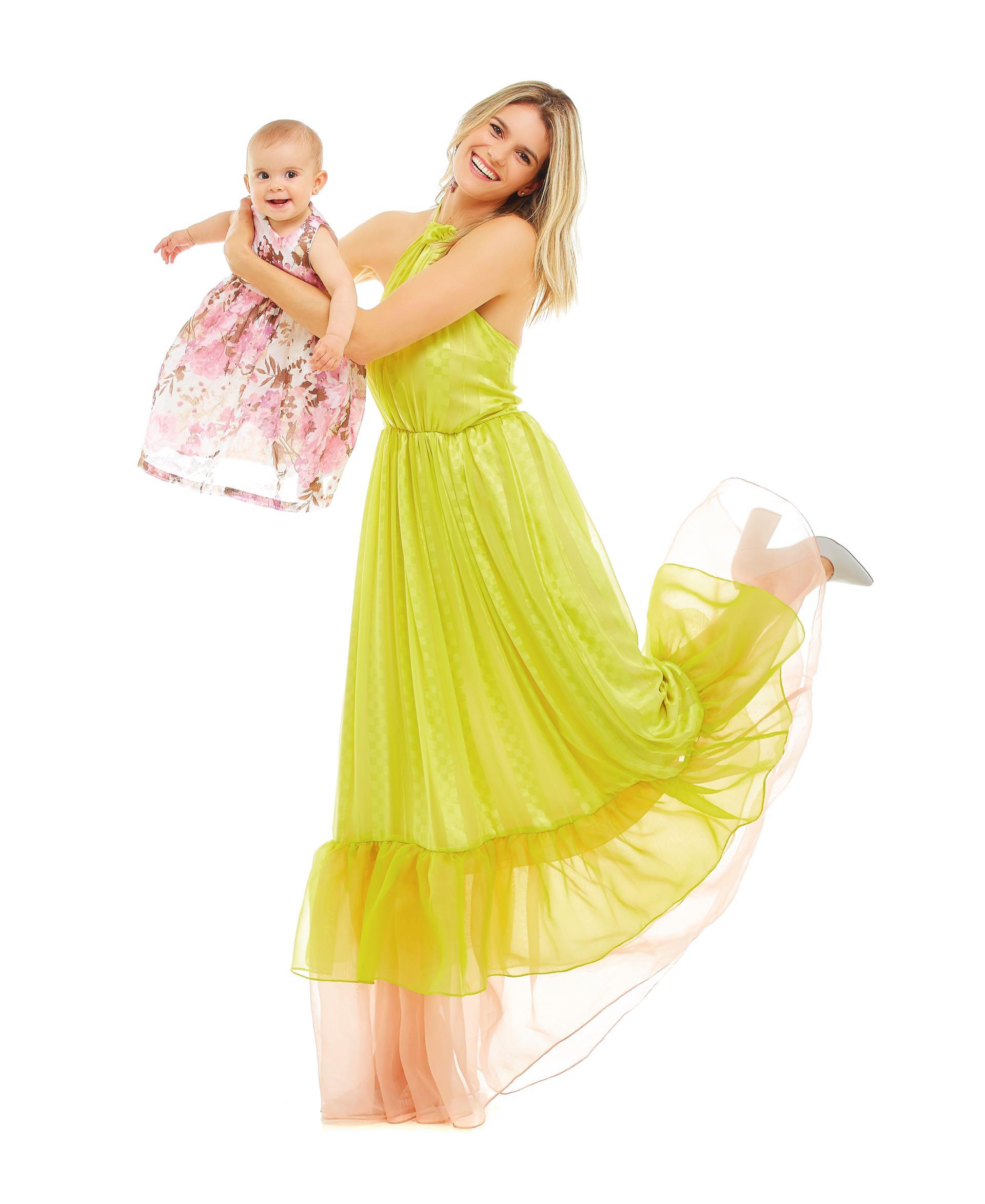 Yésica: vestido de seda con escote halter (Fabián Zitta) y stilettos de cuero con taco cuadrado ($ 2.790, Viamo). Isa: vestido estampado de voile italiano ($ 1.176, Acquachiare). Nat: vestido de tul íntegramente bordado con hilos de colores (Javier Saiach). Debbie: vestidode broderie ($ 1.935, Grisino). Mona: mono de encaje ($ 1.650, Mimo & Co).