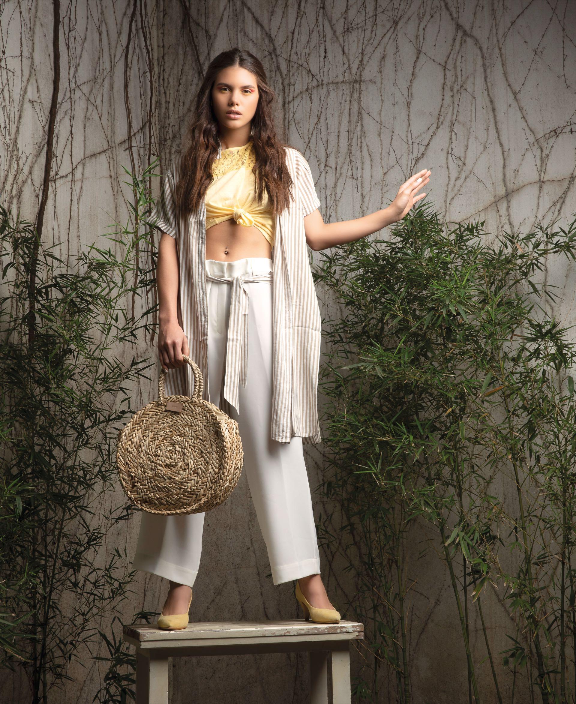 Camisa larga rayada con lazo (India Style), remera de algodón con pechera de encaje (Kevingston), pantalón ancho ($ 4.113, Mirta Armesto), canasta ($ 2.900, Uma) y stilettos de gamuza($ 5.250, Sofi Martiré).